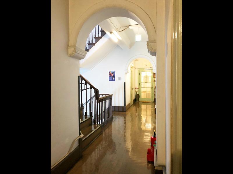 <p>2階廊下からの吹抜階段</p>