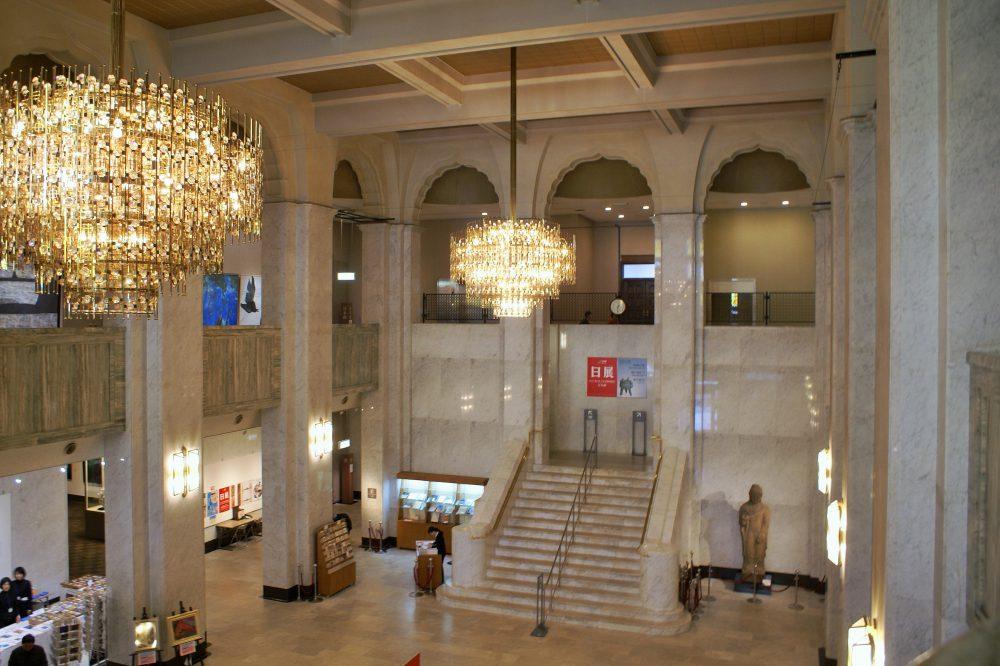 <p>大庁正面的楼梯</p>由大理石室内設計与左右対称的楼梯導向展示室。