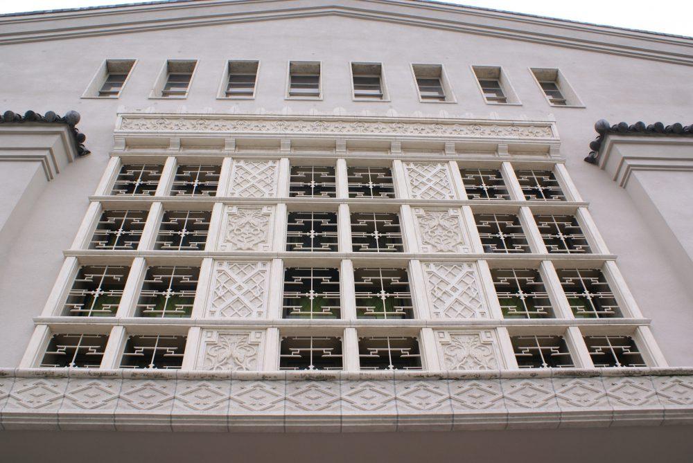 <p>採取和洋意匠的正面細部</p>窓戸的造形格子的後面是装飾彩色瑠璃。