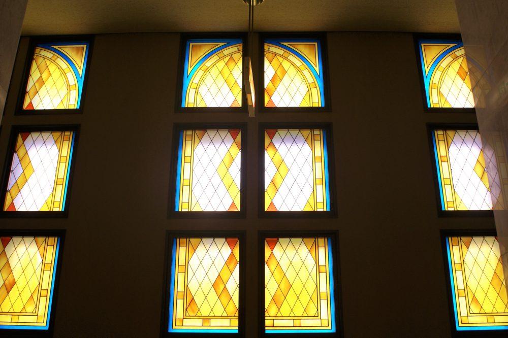 <p>彩色瑠璃的装飾瑠璃窓</p>純粋幾何学模様的装飾瑠璃窓的柔和的光線照射着通廊。