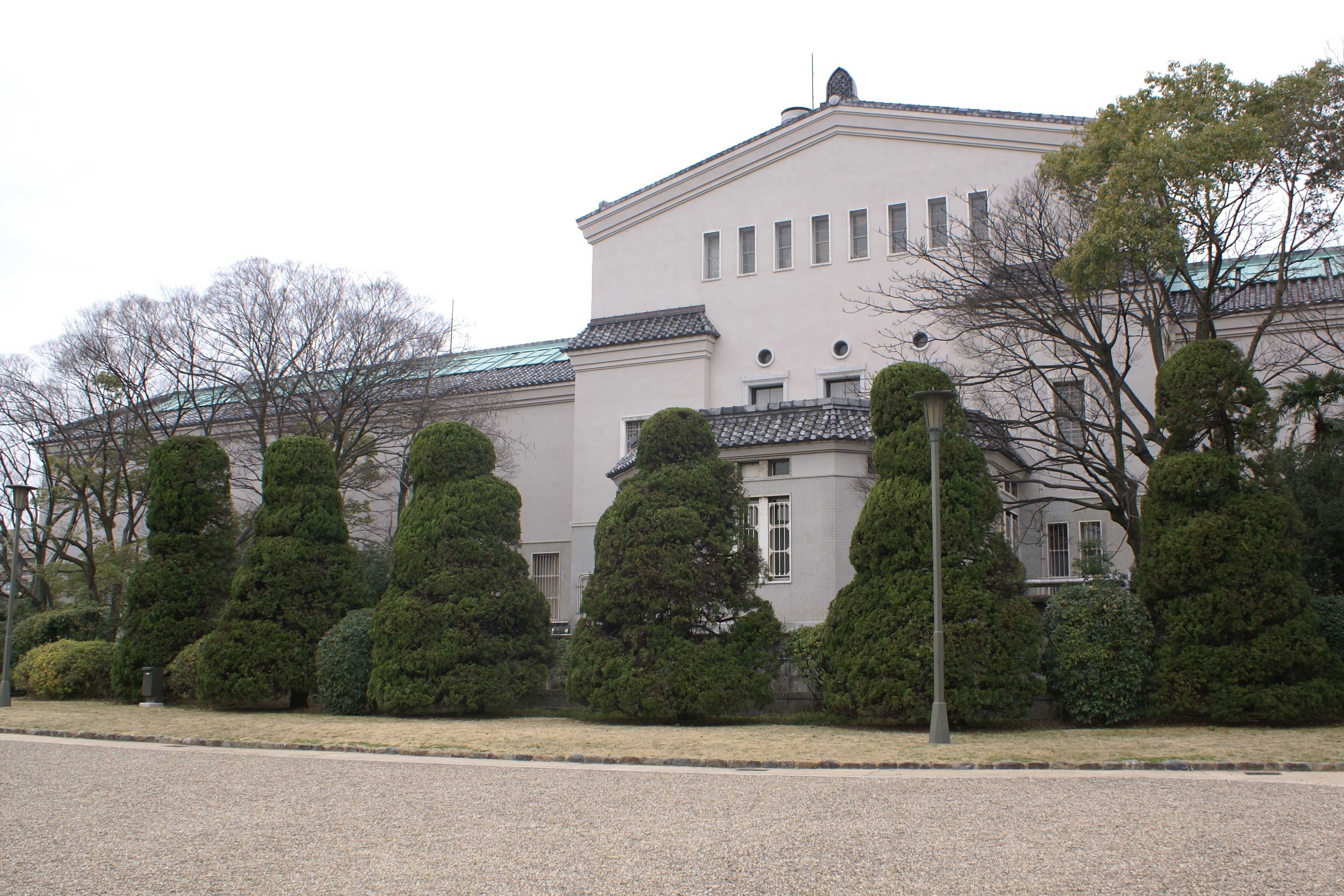 <p>慶沢園から見る美術館背面</p>七代目小川治兵衛(植治)の手になる「慶沢園」から美術館を望む。植栽が建物に柔らかな表情を与える。<br />