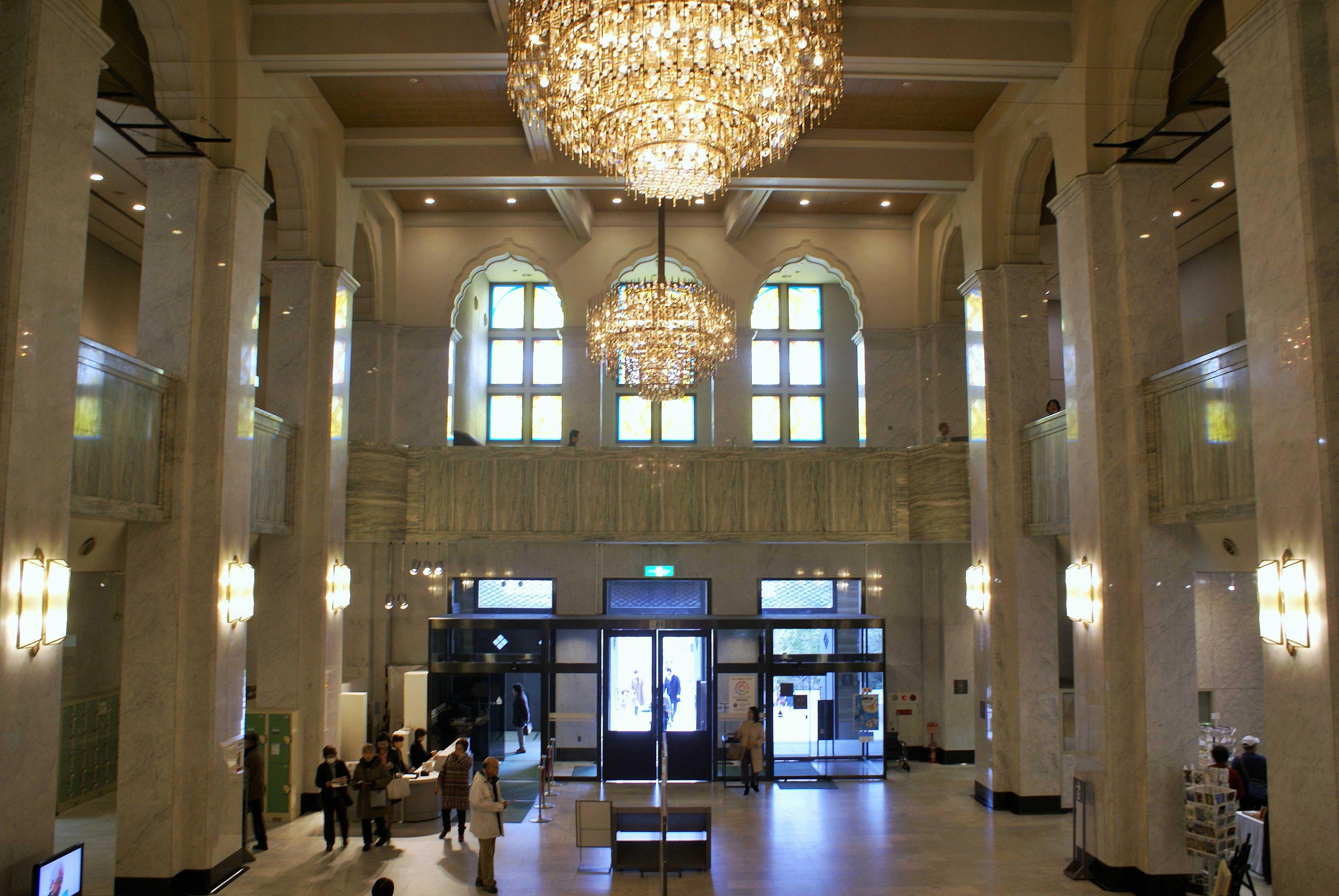 <p>荘厳な中央ホール</p>クリスタルガラスの大シャンデリアが2個設けられ、吹抜を囲む列柱は頂上部分で波打ったアーチを成している。<br />