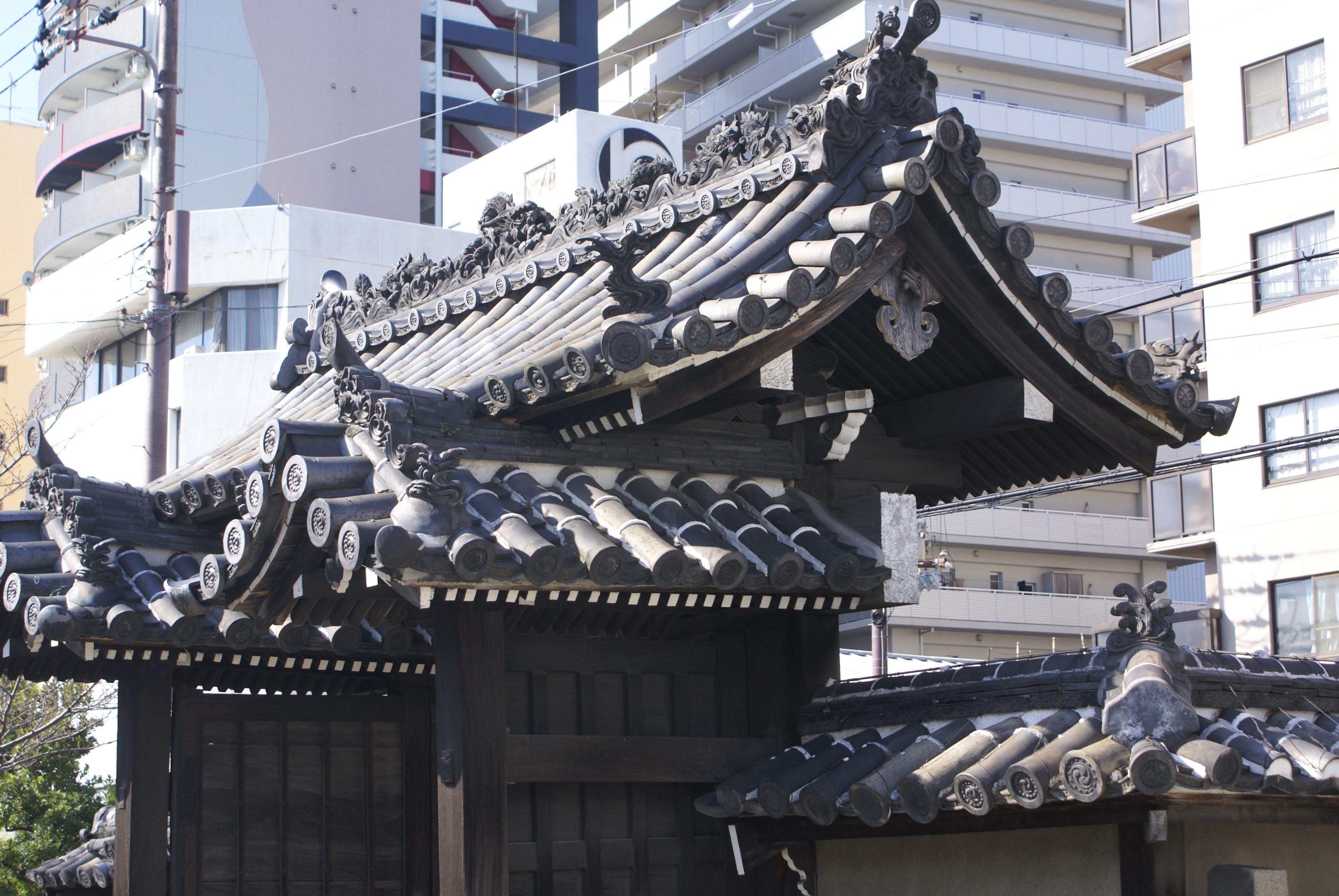 <p>3か所の屋根をみる</p>高麗門は、上から見ると屋根が「コの字」をなしている。屋根の重厚感をなくし簡素な形状にするためだともいわれている。<br />