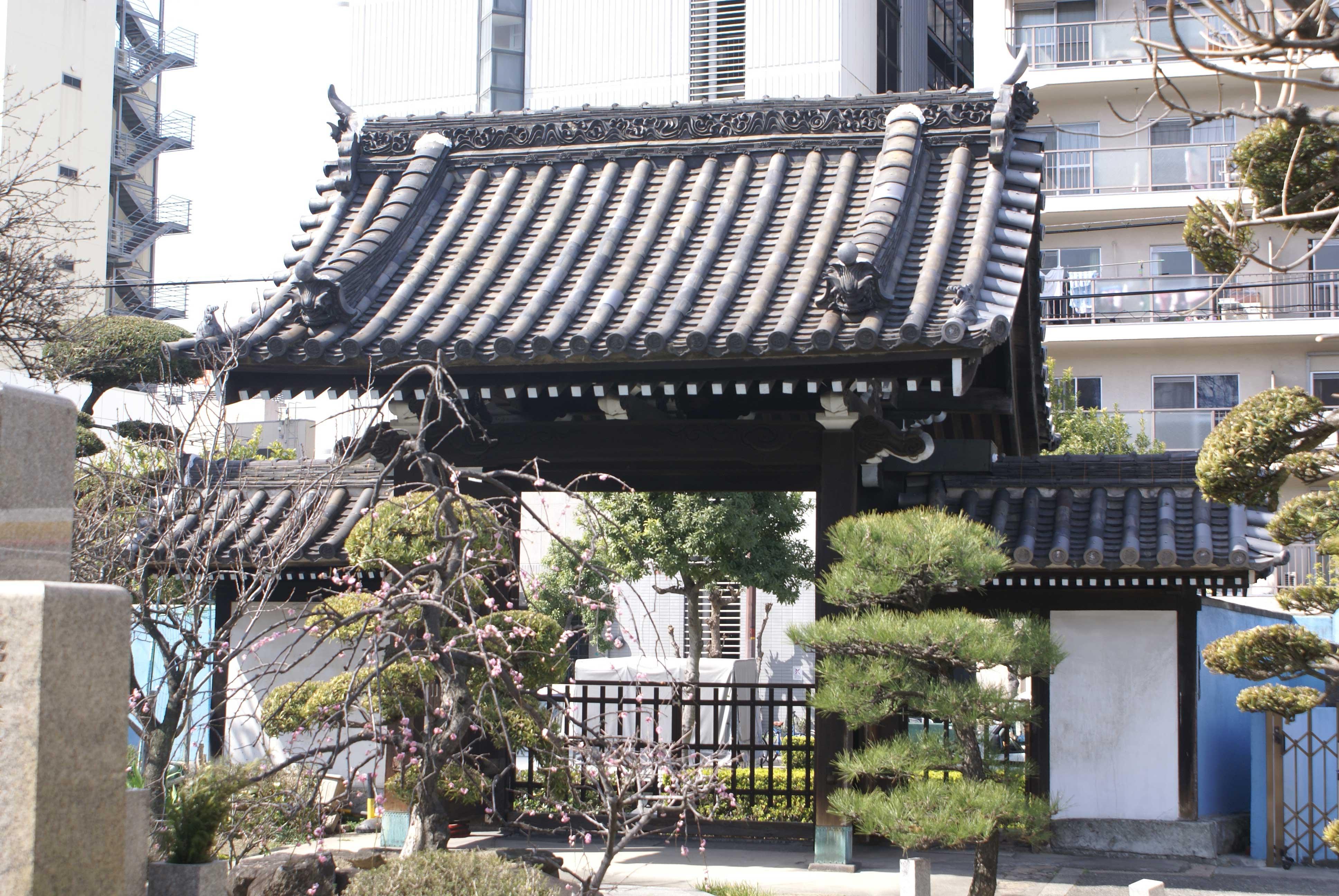 <p>境内内部から山門を見る</p>棟部分の飾り瓦のデザインも美しい。