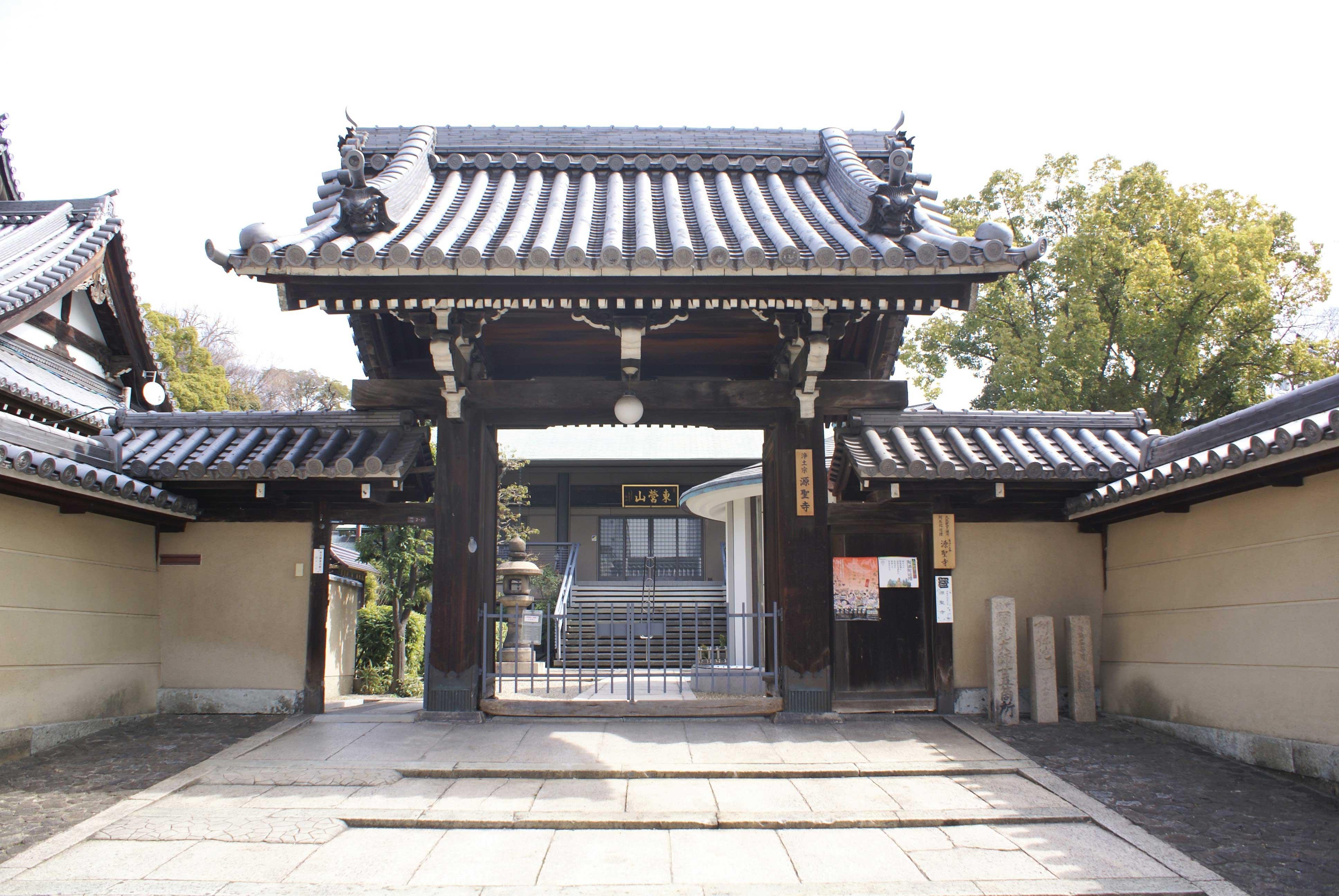 <p>薬医門形式の山門</p>間口3.2mの一間薬医門。潜り付の袖塀を両脇に付ける。屋根は切妻造本瓦葺、大型の薬医門である。左手に庫裏が見える。