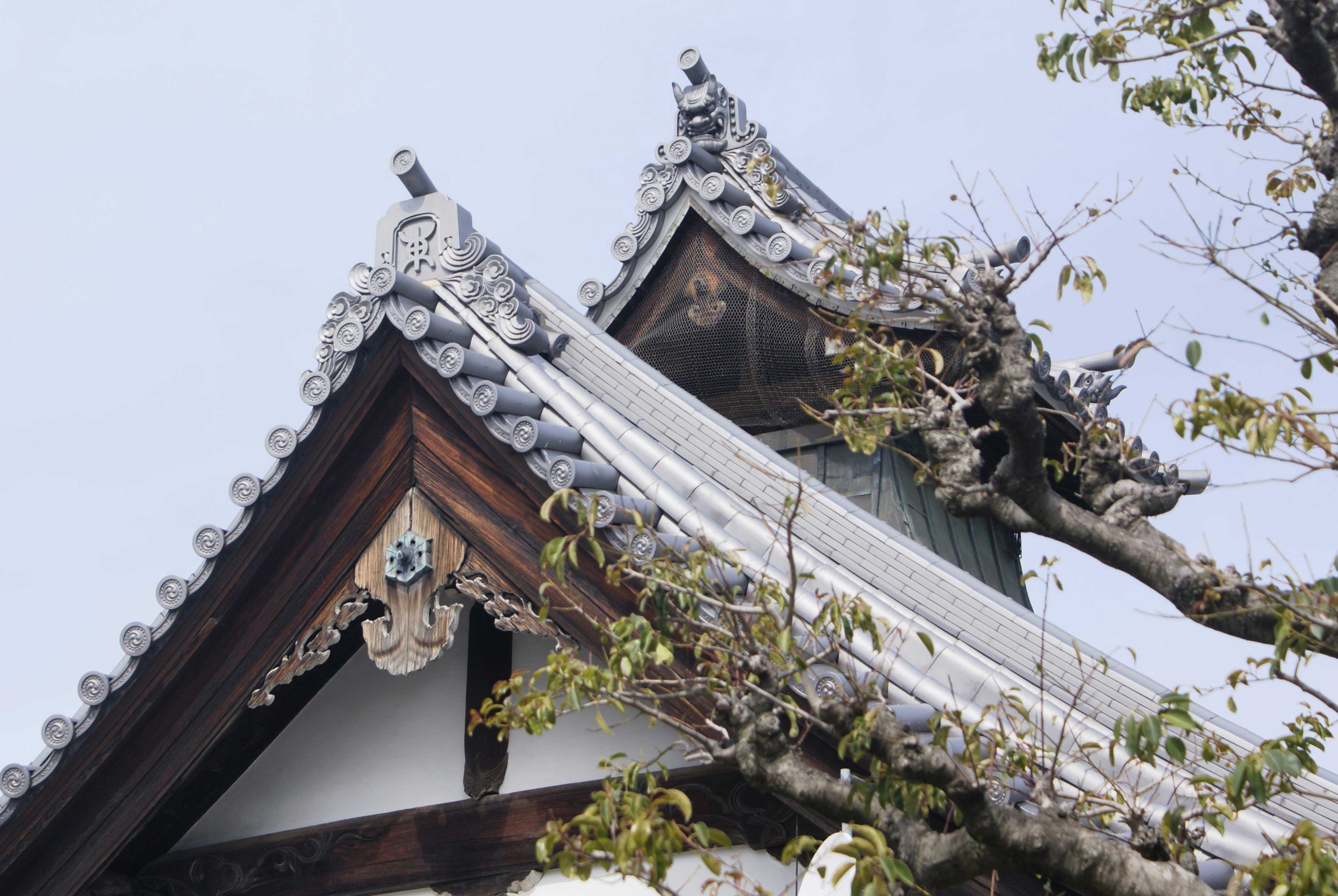 <p>大棟南寄りに切妻造の煙出</p>庫裏は寺務所や台所などの機能をもつ施設で、屋根には煙出がある。