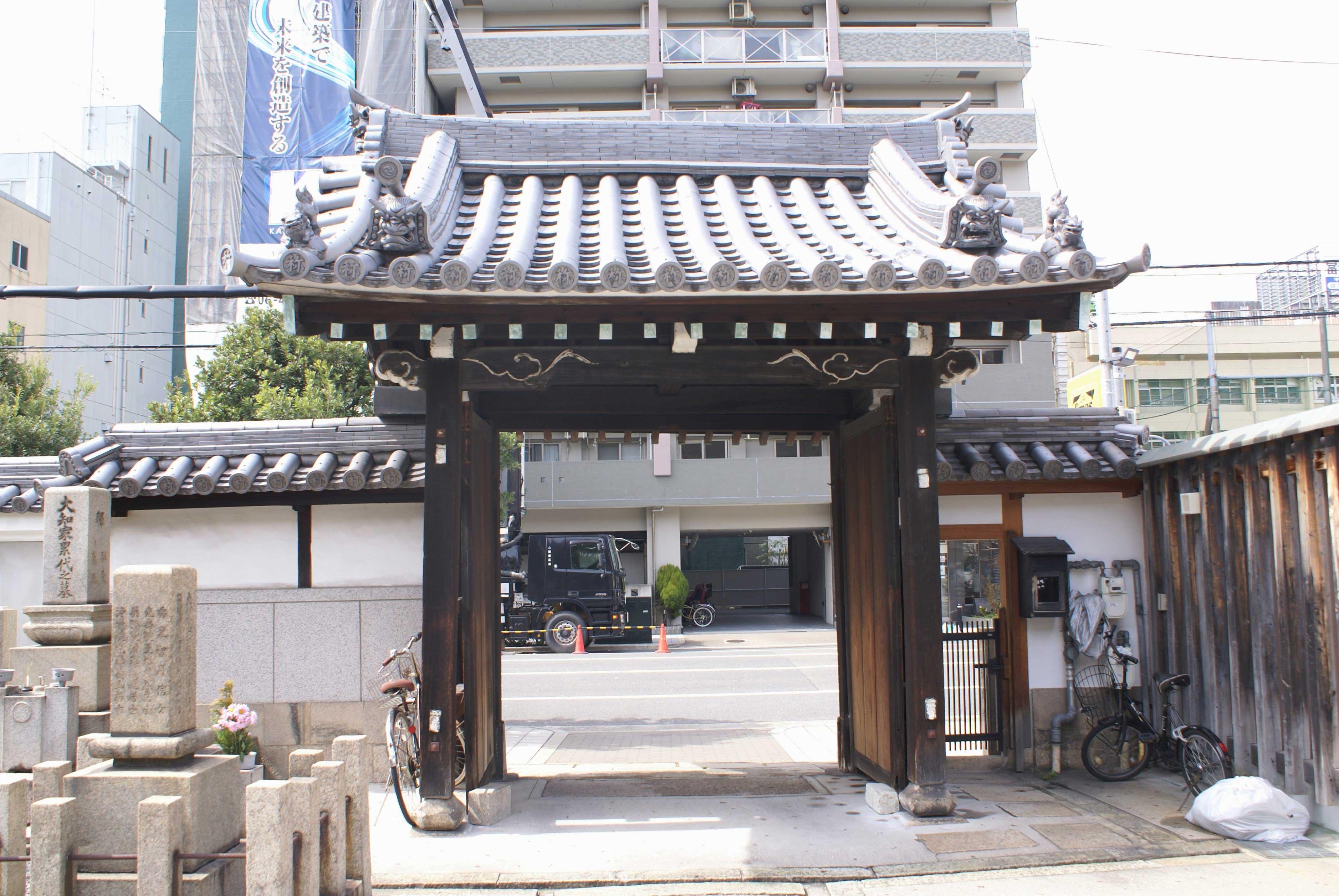 <p>境内内部から山門をみる</p>装飾を抑えるが、木鼻など細部に、江戸中期らしい意匠を示す