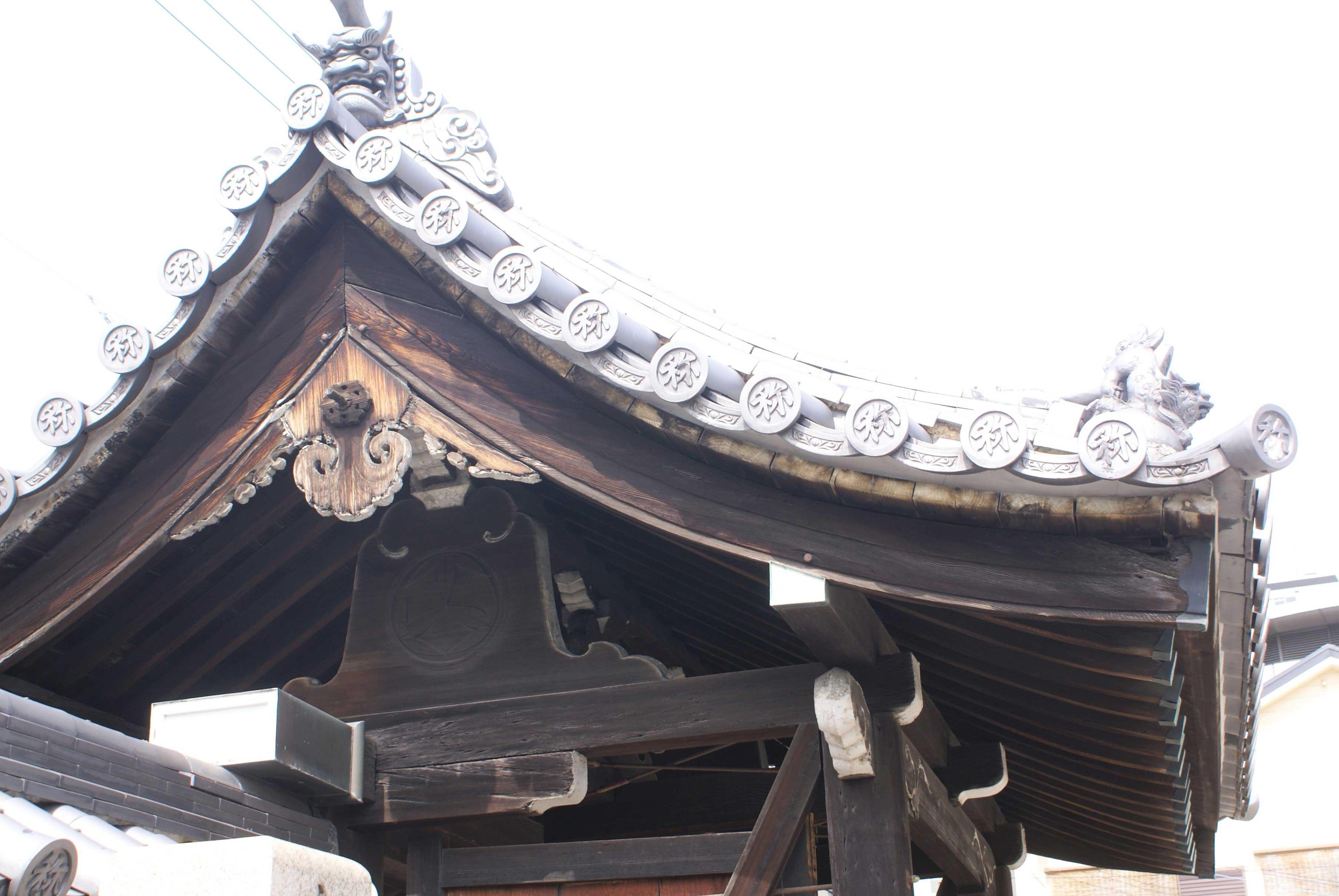 <p>妻側から架構を見る</p>女梁、冠木、男梁を架し、妻及び中備には蟇股を置く。