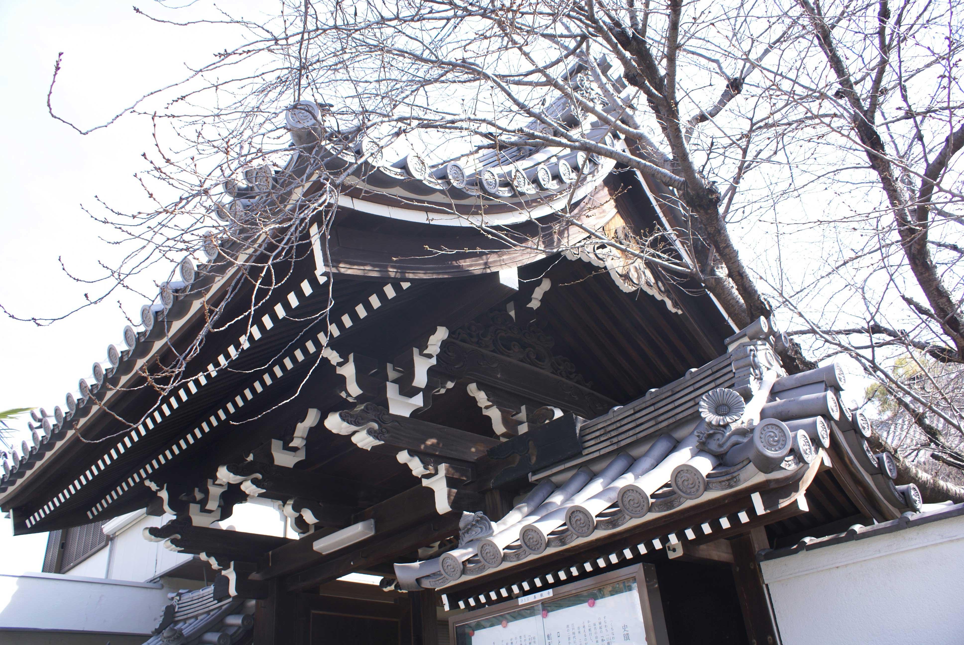 <p>由山花看構架。</p>構架以冠木上置男梁以設平三斗,由此支承山花虹梁,山花飾以雲紋彫刻的蟇股。