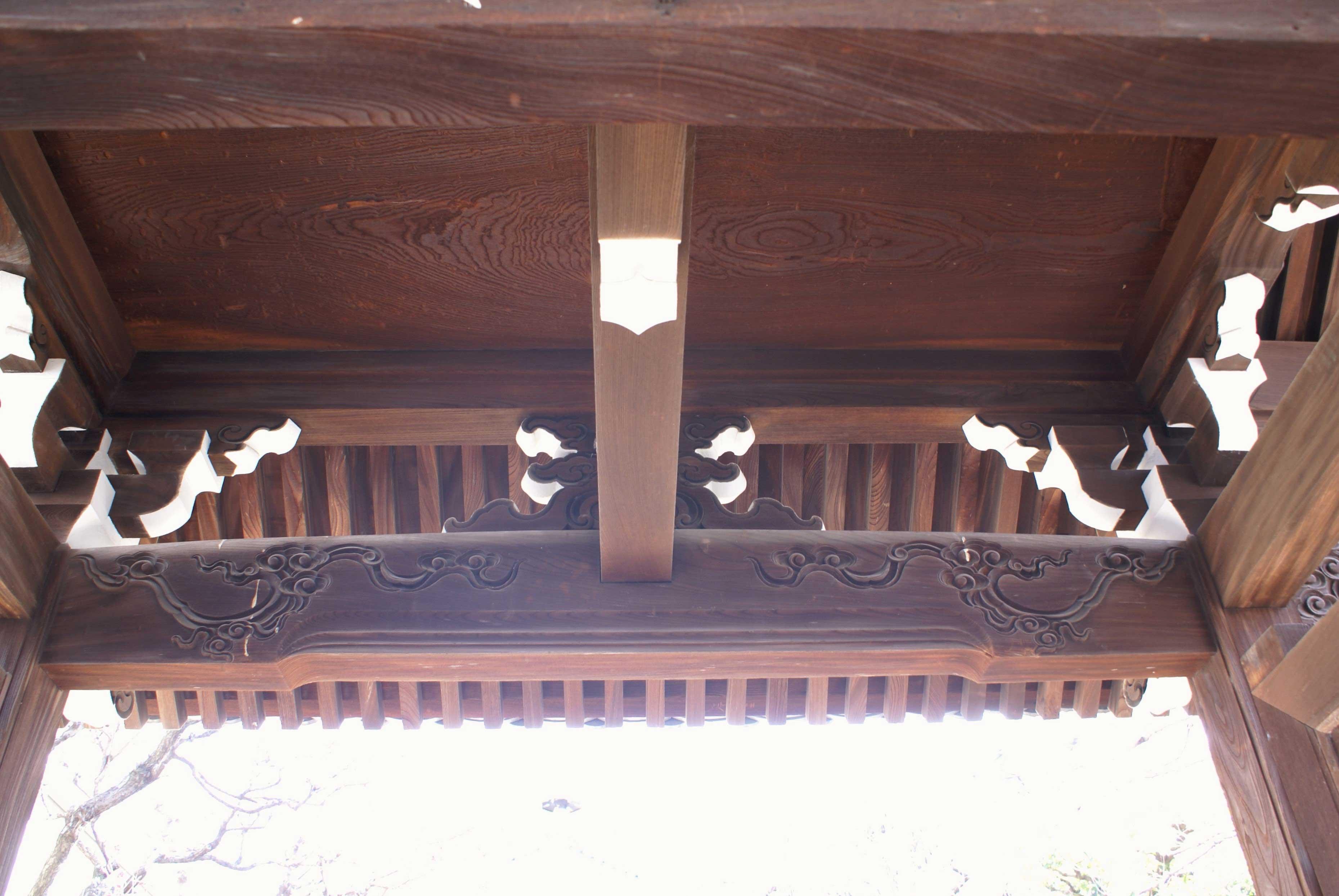 <p>控柱側の見上げ</p>控柱側の見上げ。山門には珍しく欅の天井板が貼られている。破損老朽化した折の門扉のスペアとして、天井に常備されている欅の1枚板。200年前の建立当時の門扉がまだ健在なので未使用の状態である。