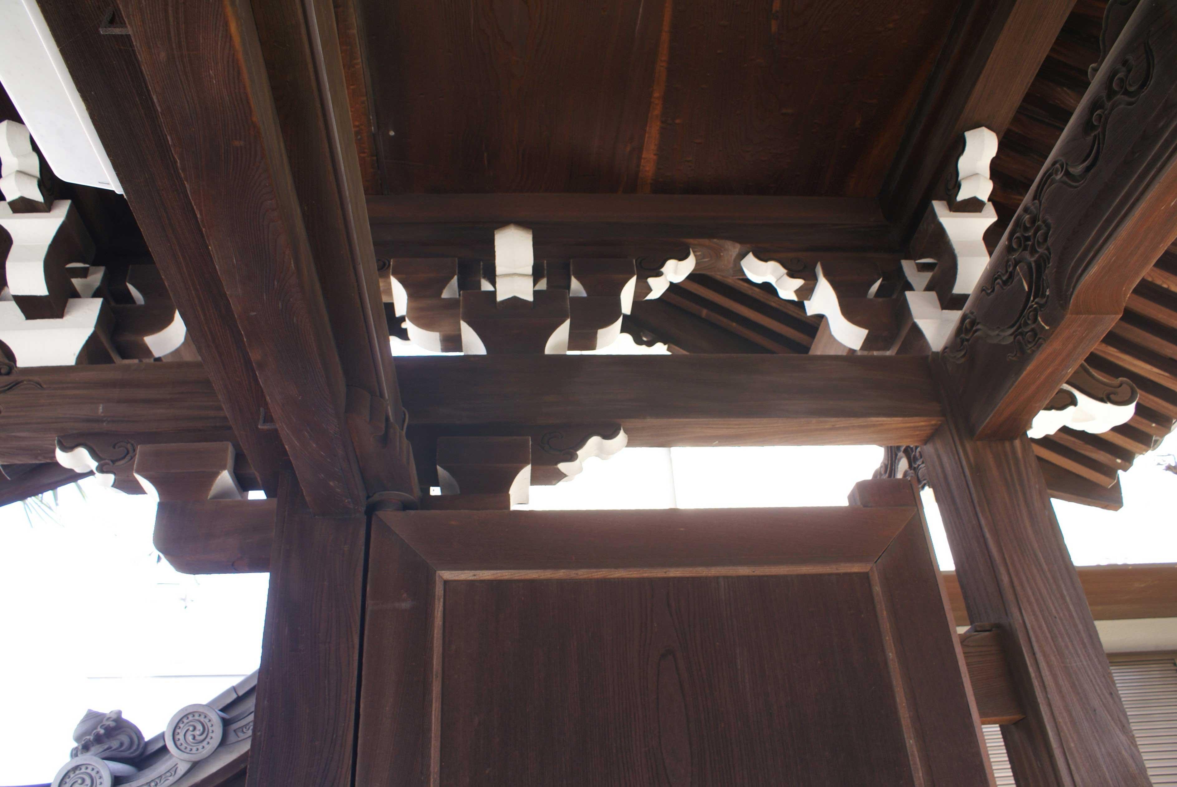 <p>冠木・男梁・三斗の架構</p>良材を用い、意匠も優れた山門である。