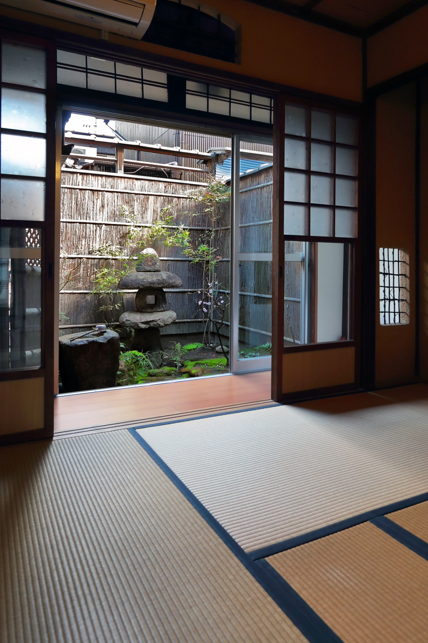 <p>内部から北側の坪庭を望む</p>