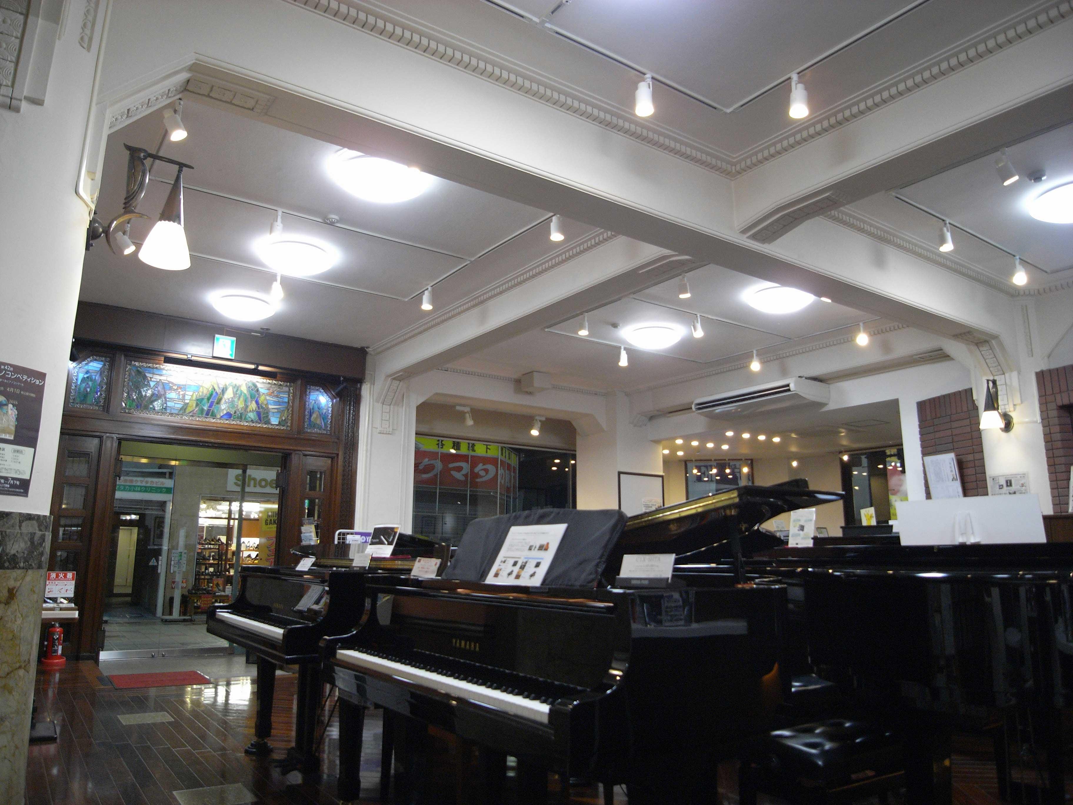 <p>一層店舗内部</p>大梁施以装飾,可感受到店舗的風格。柱子的照明器具是竣工時的進口品。