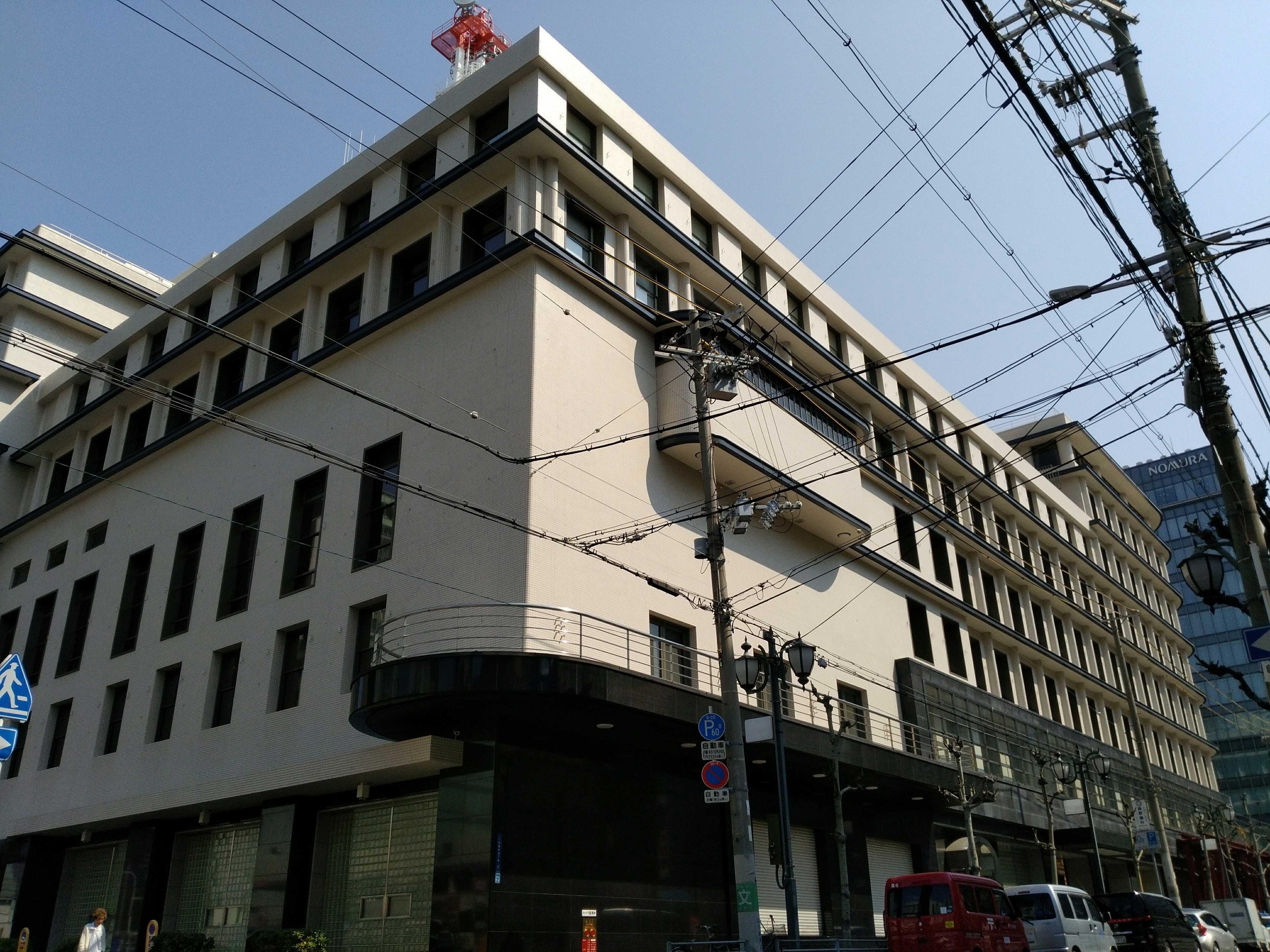 <p>南西面</p>竣工当時2階にあった講演場の避難バルコニーがデザインされている。