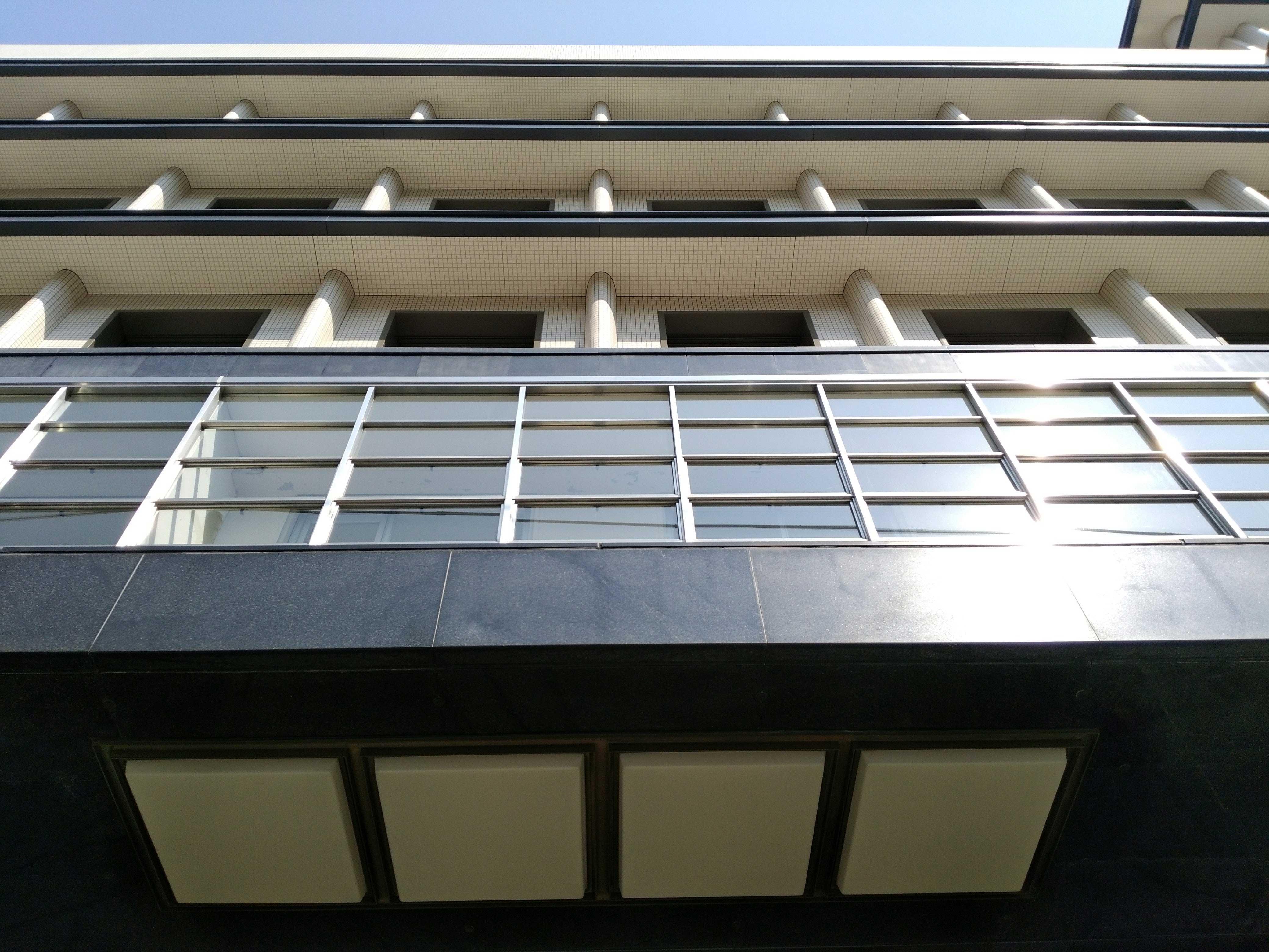 <p>南側入口見上げ</p>縦横の線と白黒のコントラストが美しい。