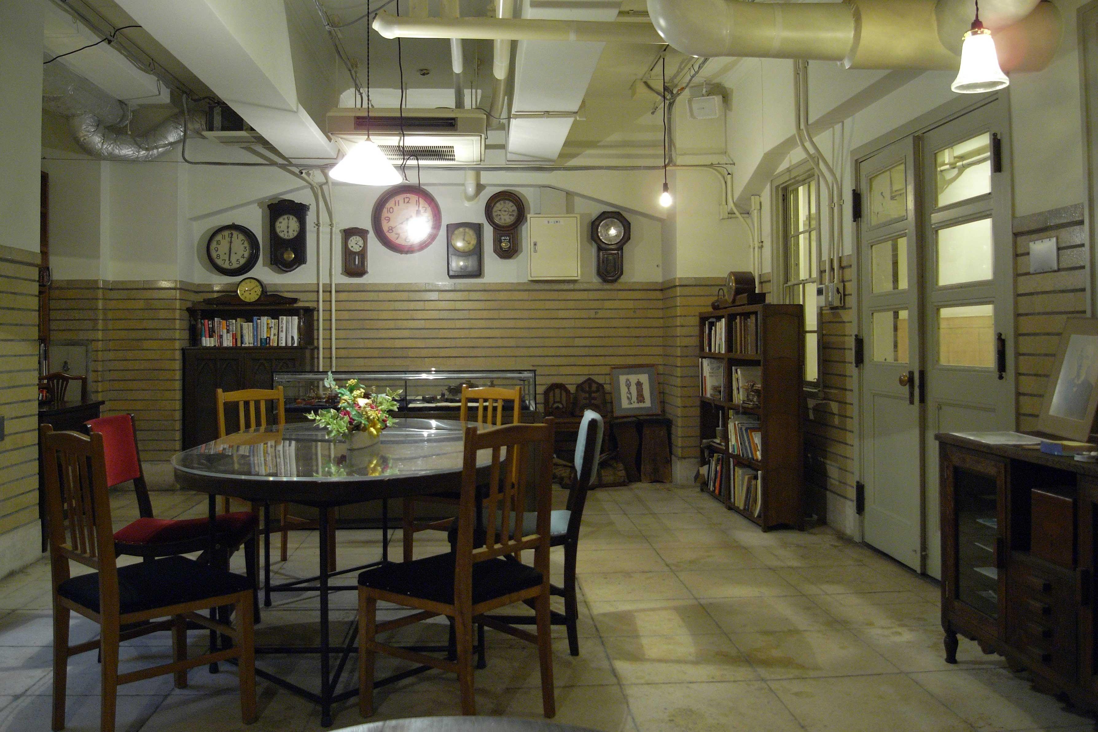 <p>地階サロン</p>アンティークな家具・備品が展示利用されている。