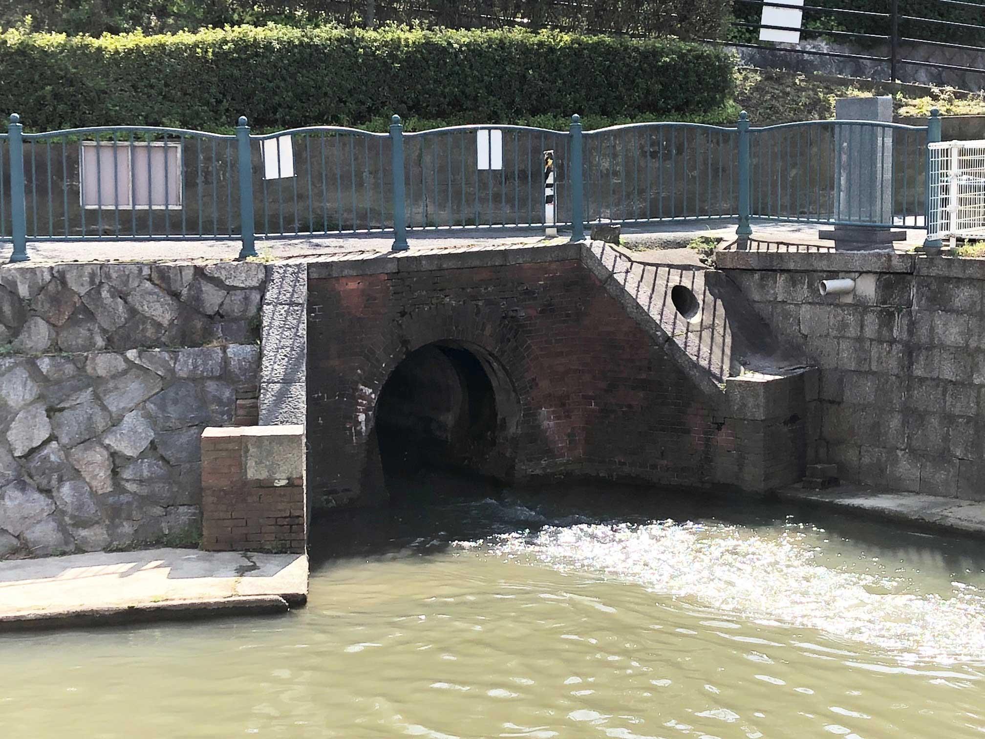 <p>坑口</p>この樋は宝永元(1704)年に付け替えられた大和川から農業用水として旧川筋の一つである長瀬川に取水するものです。