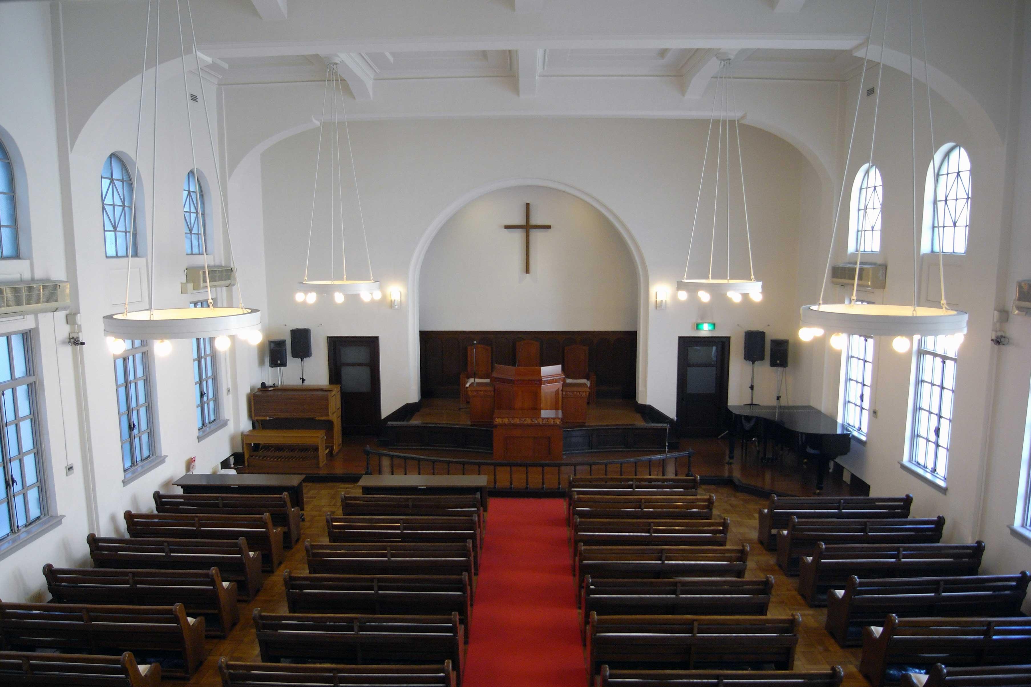 <p>内部礼拝室(由上層座席看)</p>内部有従外観難以想像的大空間的礼拝室。