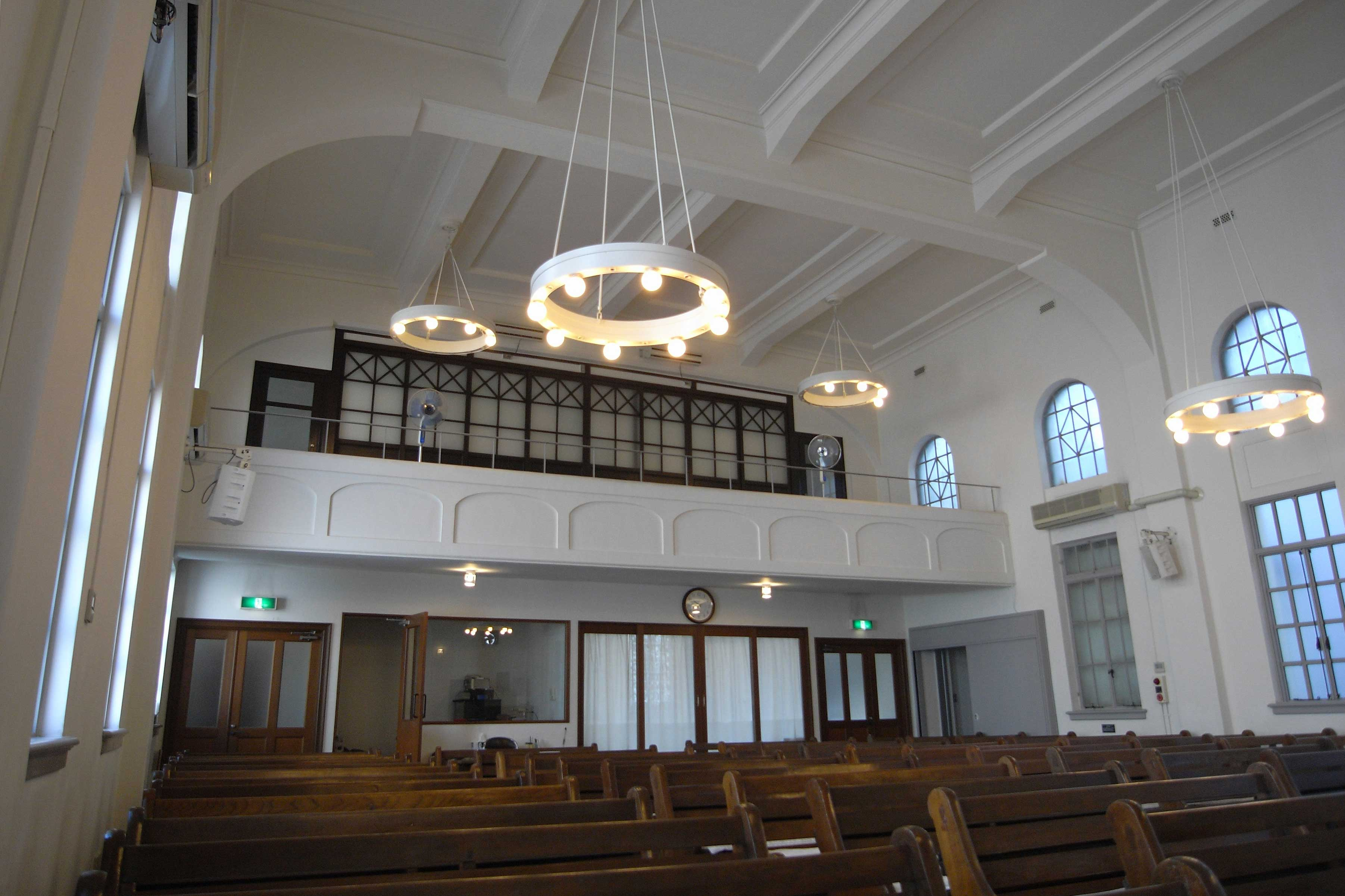 <p>内部礼拝室(看後方入口)</p>竣工時、上層座席後部有畳部屋。