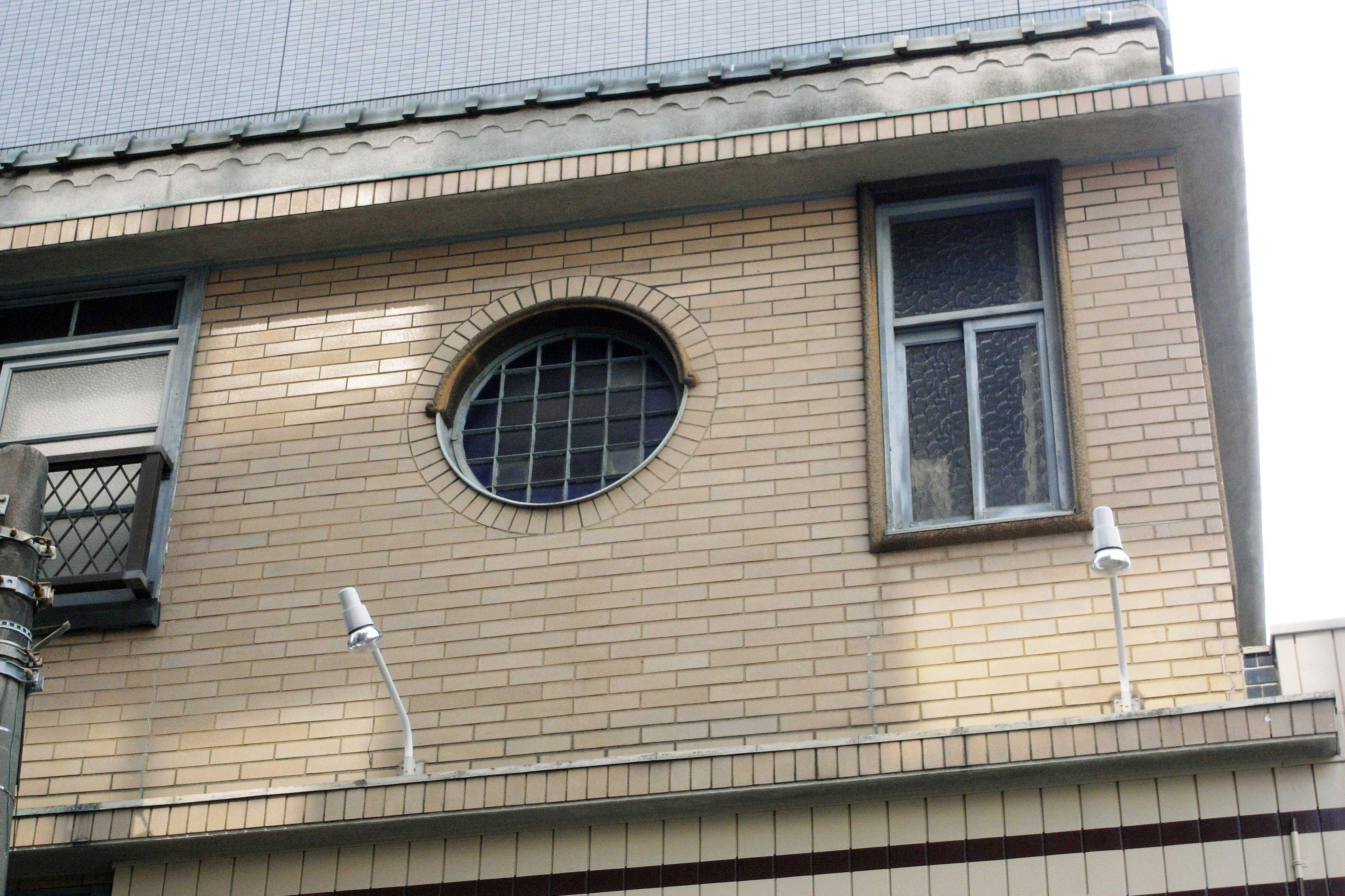 <p>3階側面の丸窓</p>