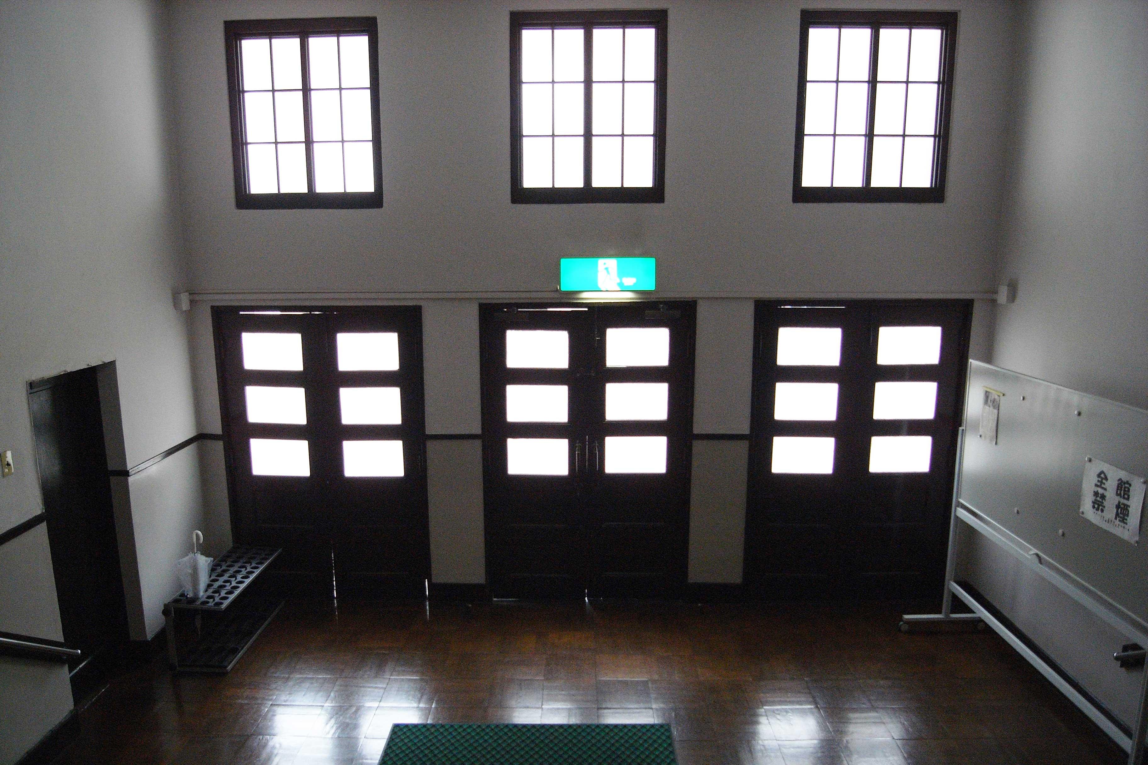 <p>正面入口内部</p>大階段が礼拝室へつながる。