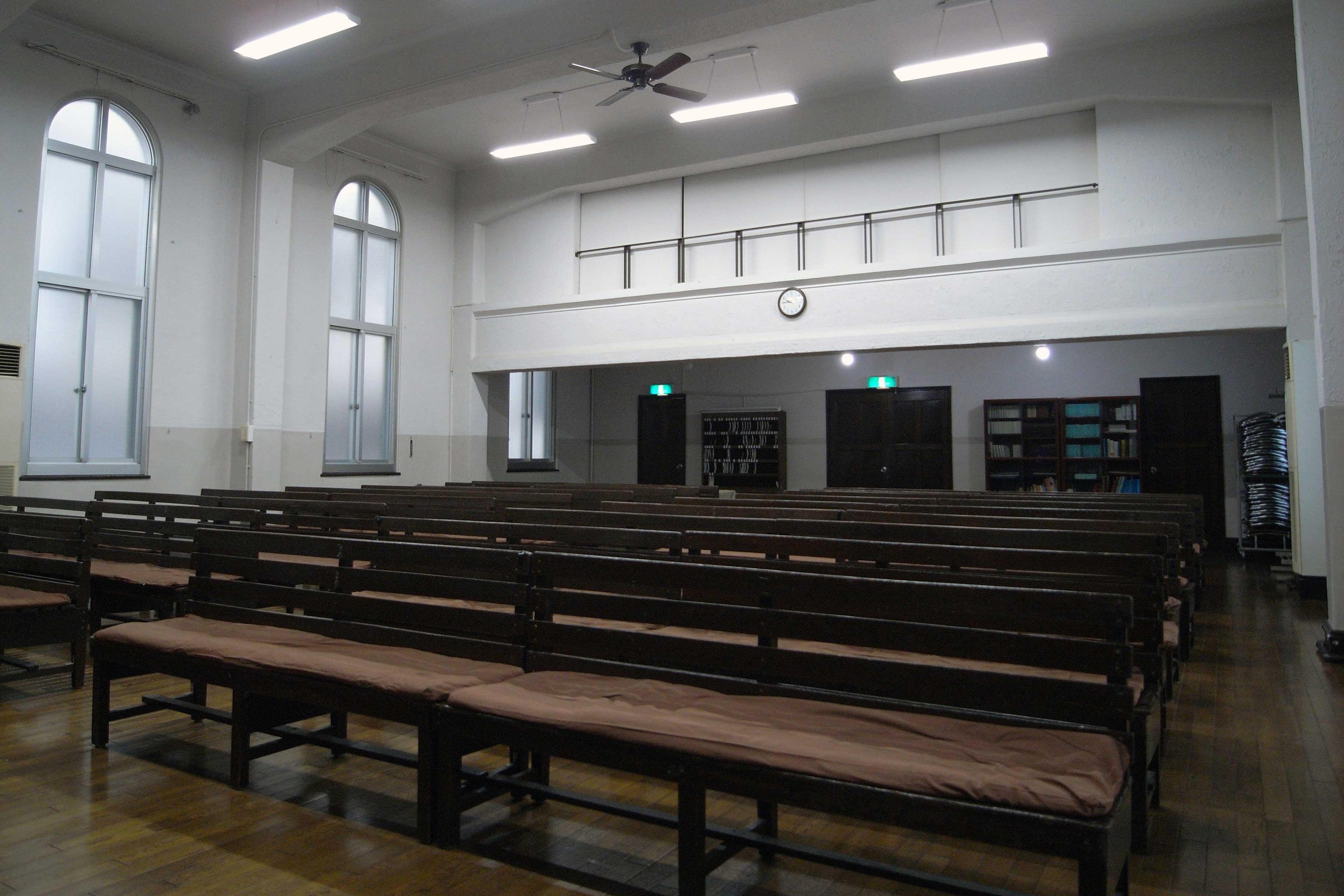 <p>礼拝室後方の入口を望む</p>