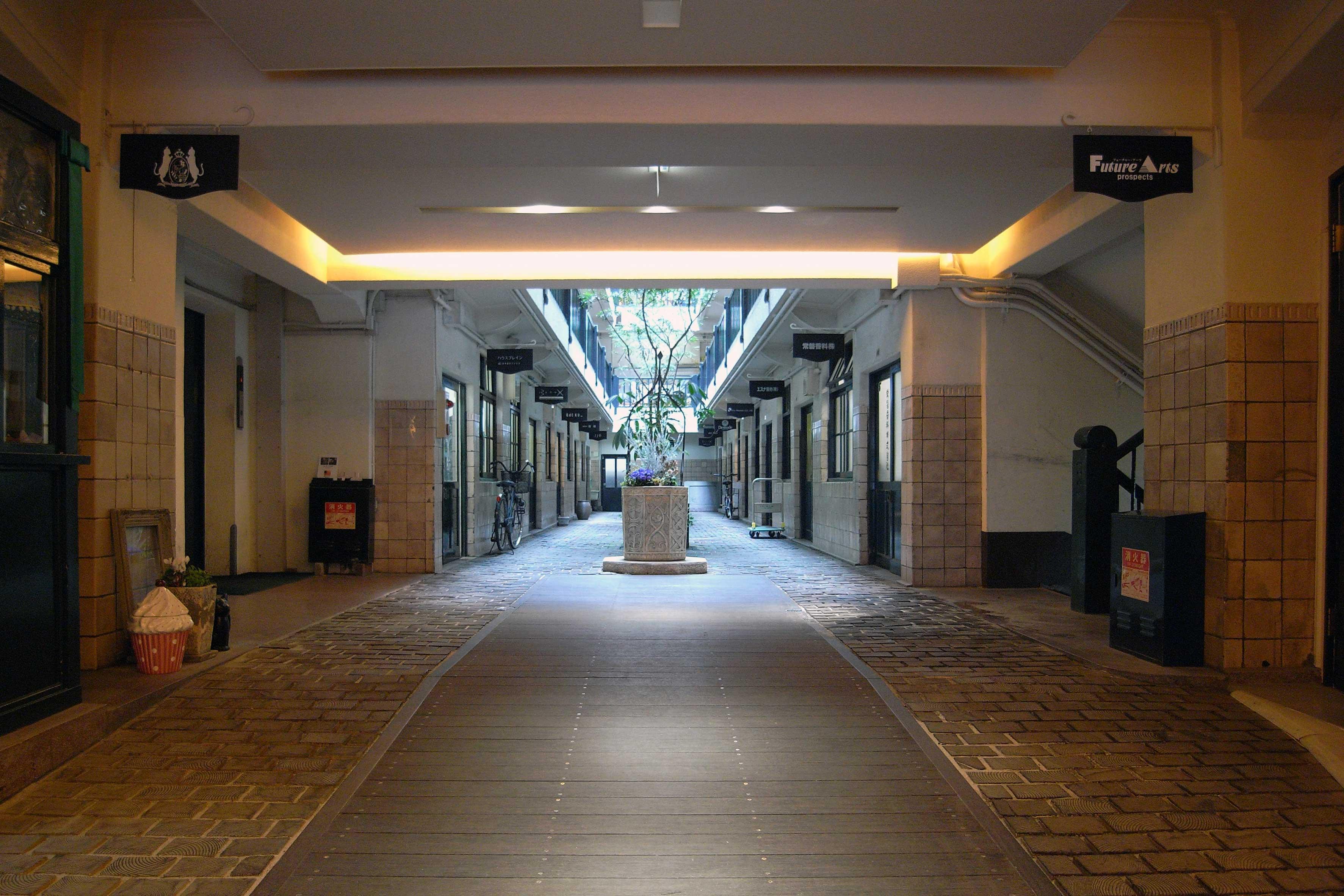 <p>1階内部中央</p>入口を入ると、中央の光庭が目に入る。かつては中庭までトラックや荷馬車などが引き込まれていた。