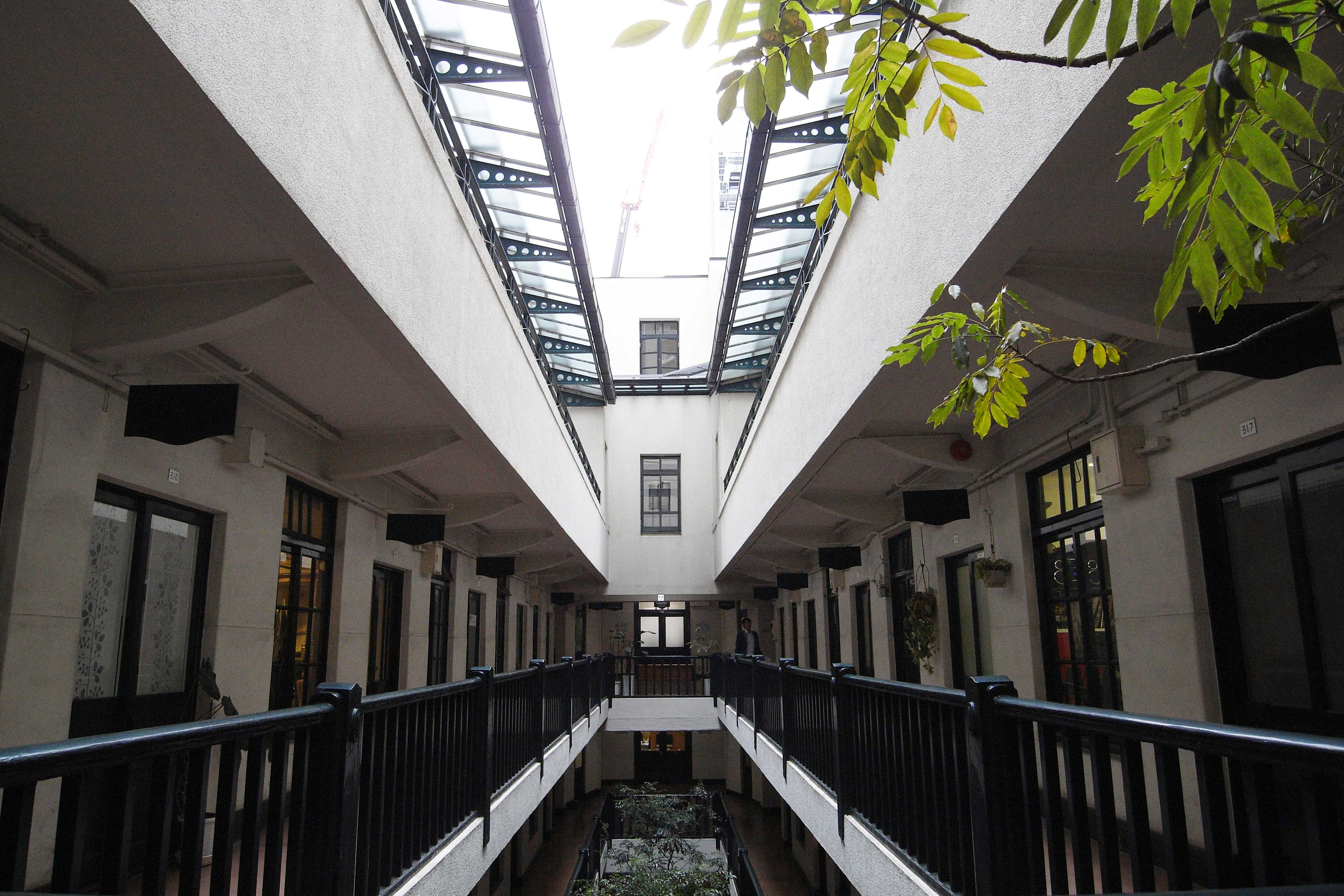 <p>3階廊下部分</p>中庭に面した廊下から各部屋へアクセスする。