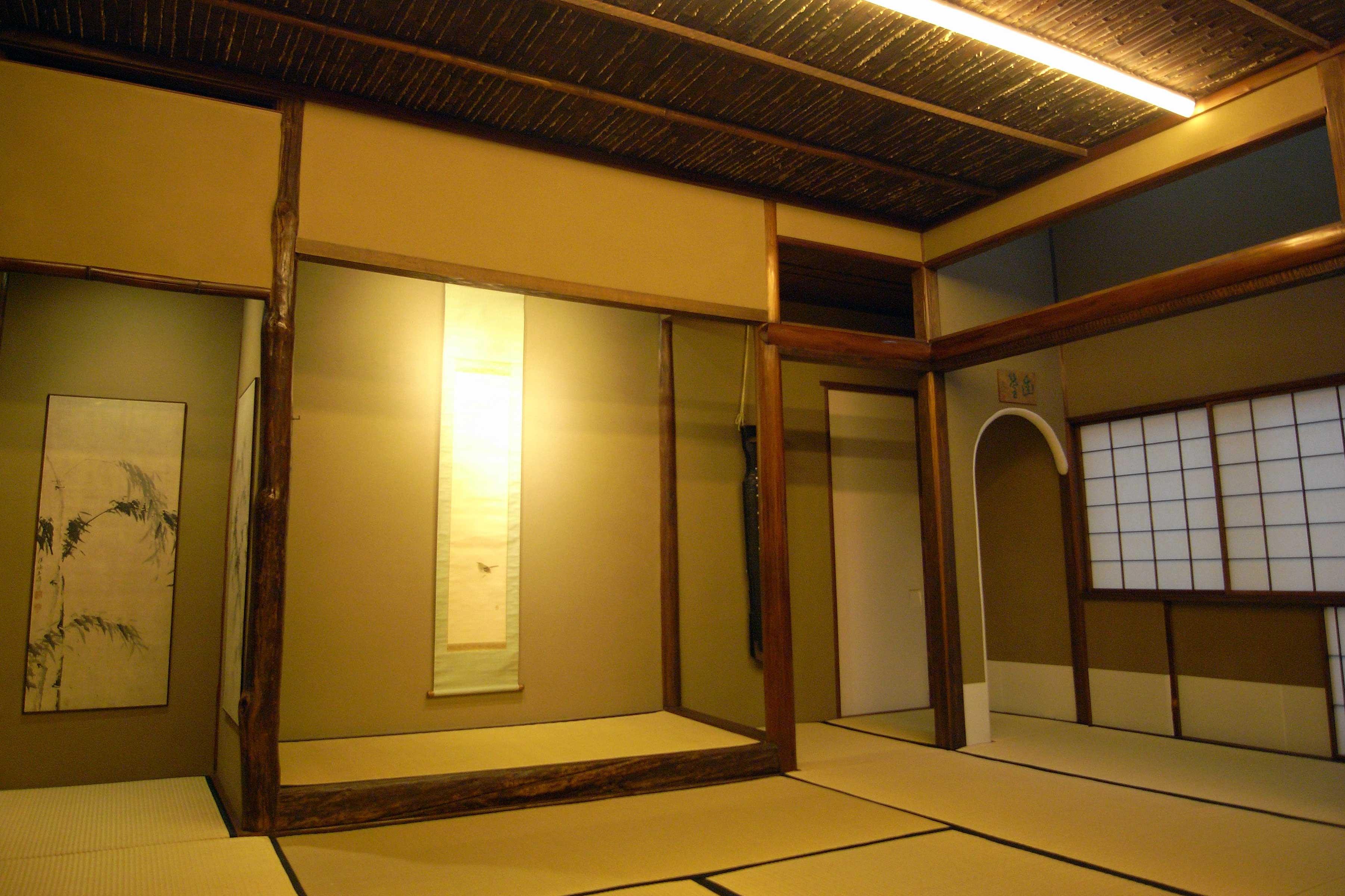 <p>佃家煎茶室主屋「幽篁」</p>一部文化年間(1804~1818年)の材を残す。昭和20年改築。部屋の名称は「幽篁(ゆうこう)」。竹林の意。天窓からは月光が差し込む。正面に床の間、その脇には無絃の七絃琴が掛けられている。煎茶会の中で茶席になったり会席を楽しんだりする場。