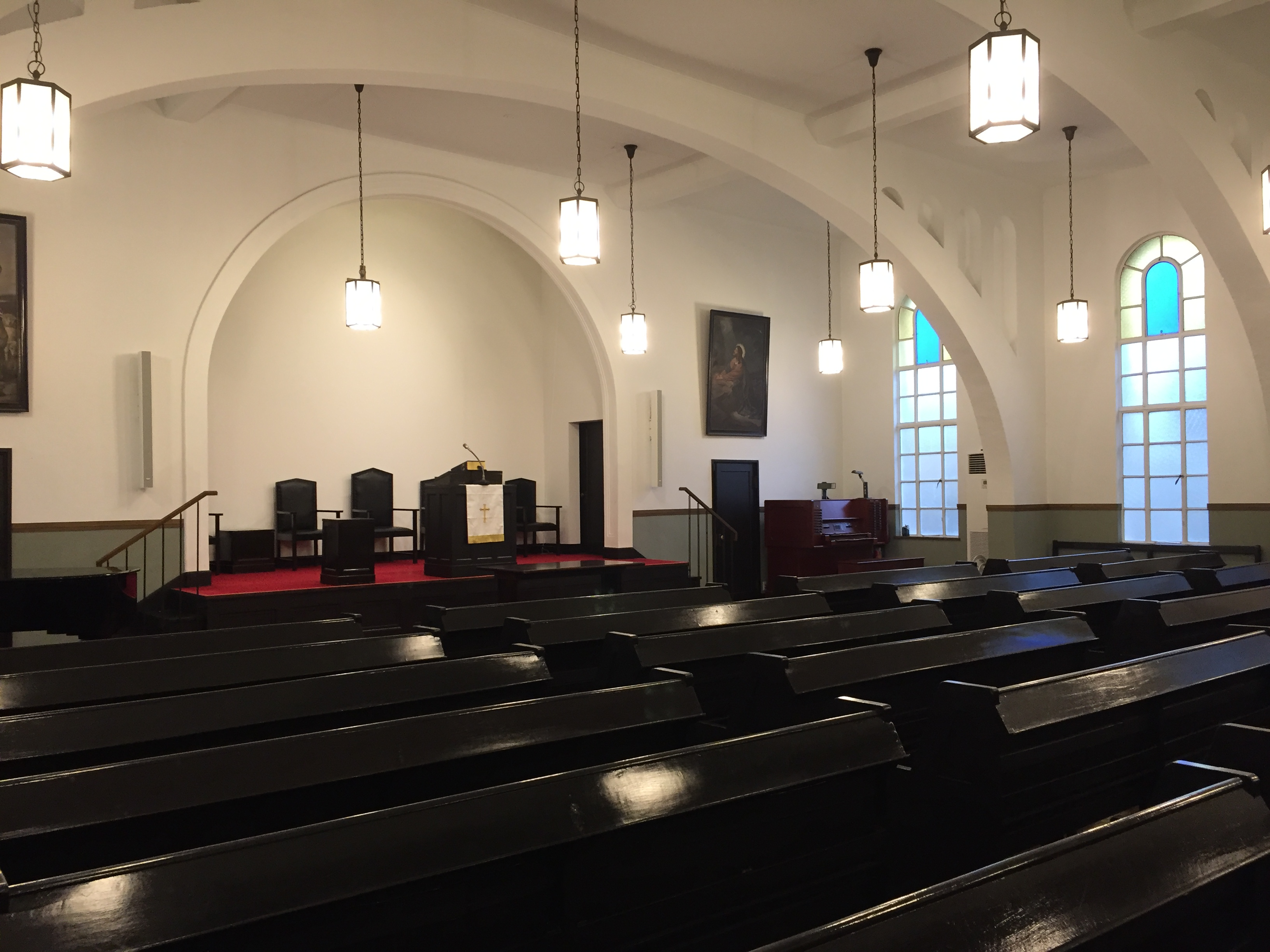 <p>2階礼拝堂1</p>アーチ梁が印象的な礼拝堂全景。