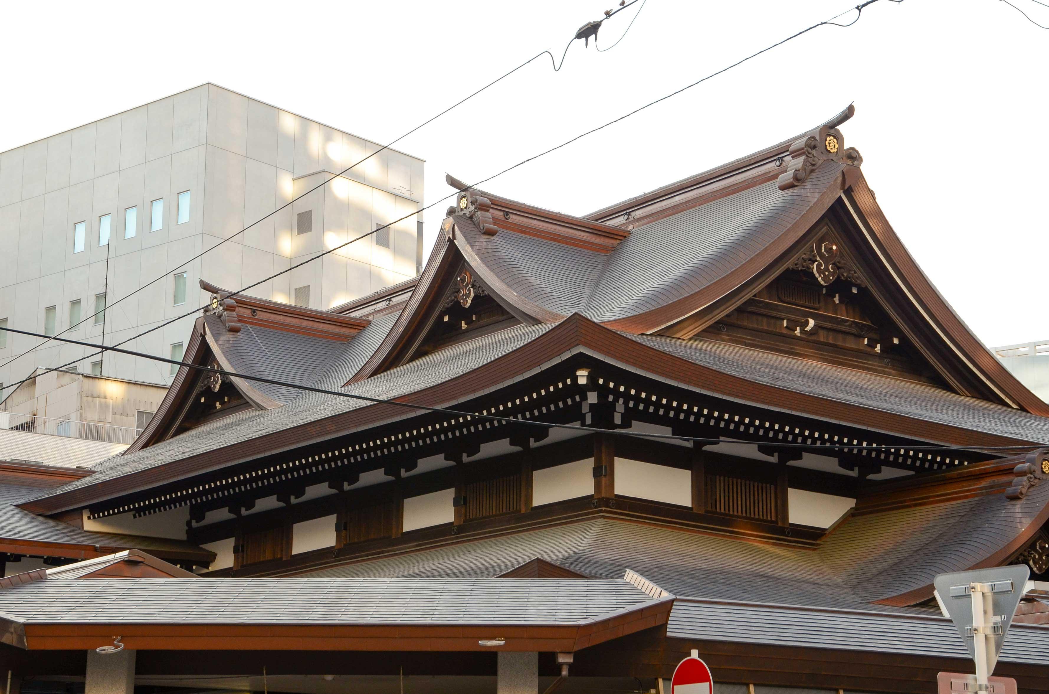 <p>主屋根上部</p>南西角の玄関が主たる入り口。その角度から華やかな千鳥破風が見える。