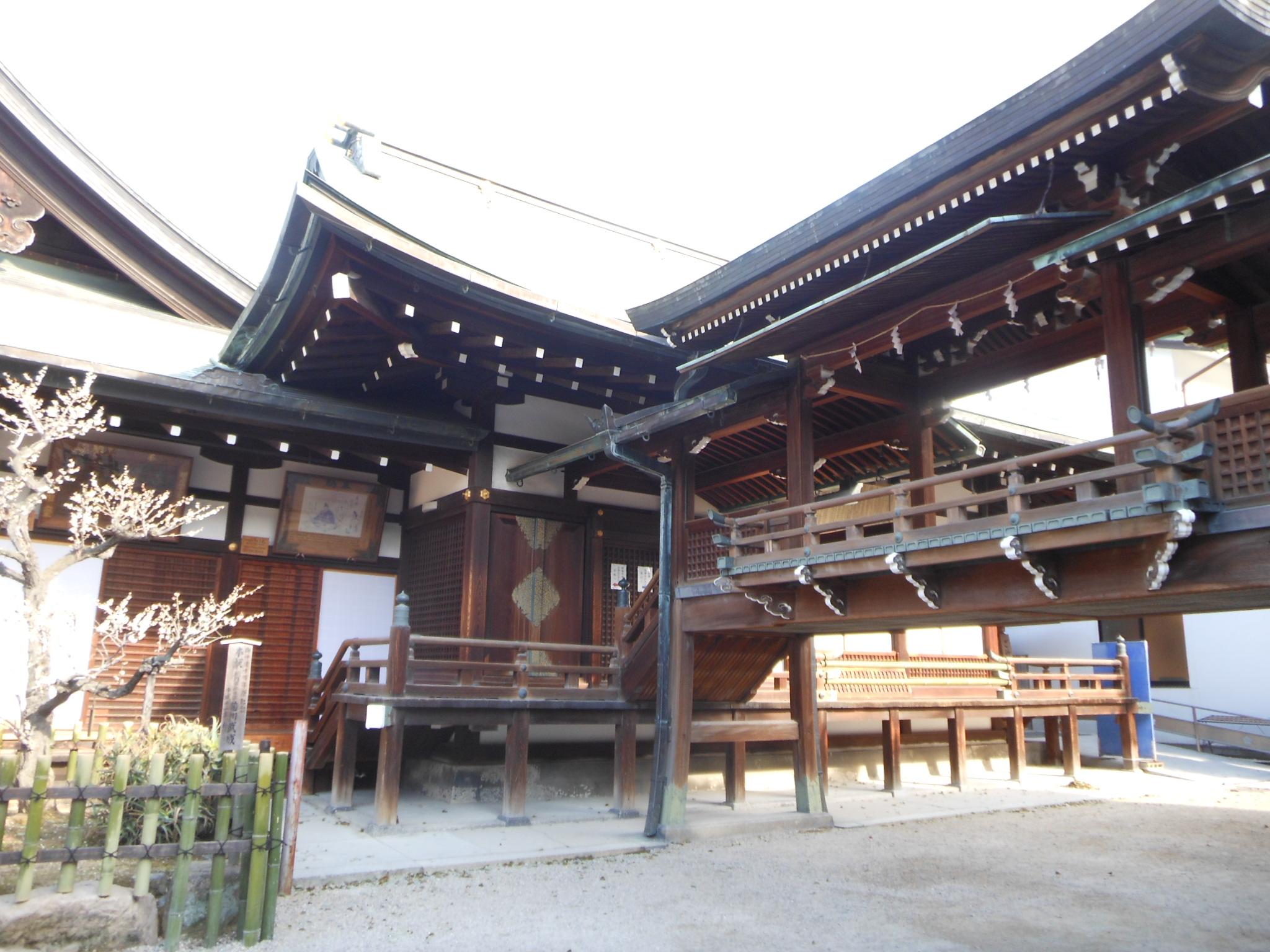 <p>神楽所と二階廊</p>本殿・拝殿と神楽所をつなぐ二階廊ごしに神楽所を見る。