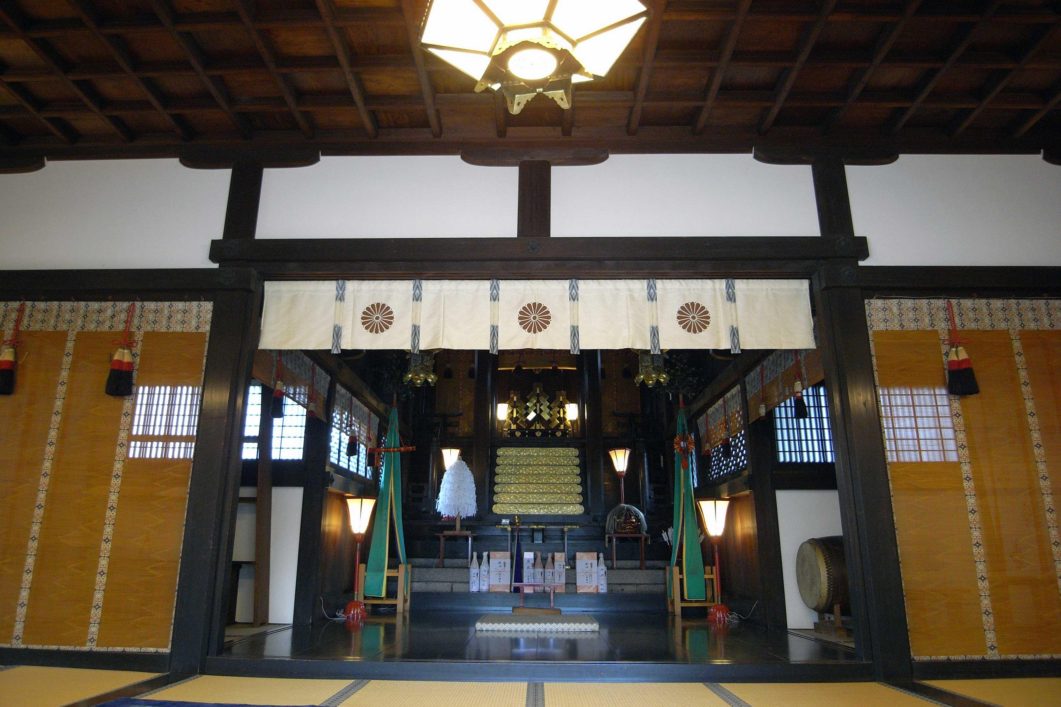 <p>内部拝殿から幣殿・本殿を望む。</p>