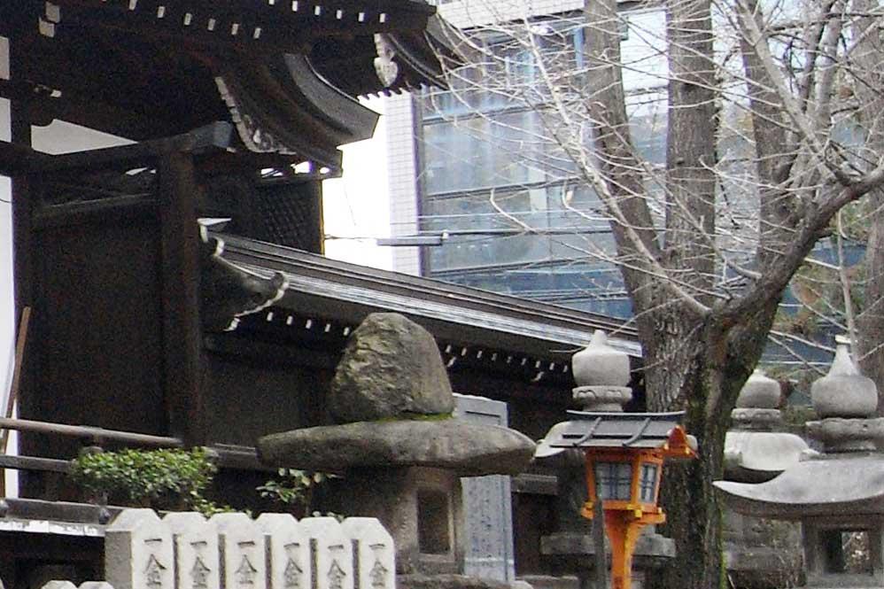 <p>境内東面</p>拝殿背後から延びて幣殿及び本殿を巡る塀。