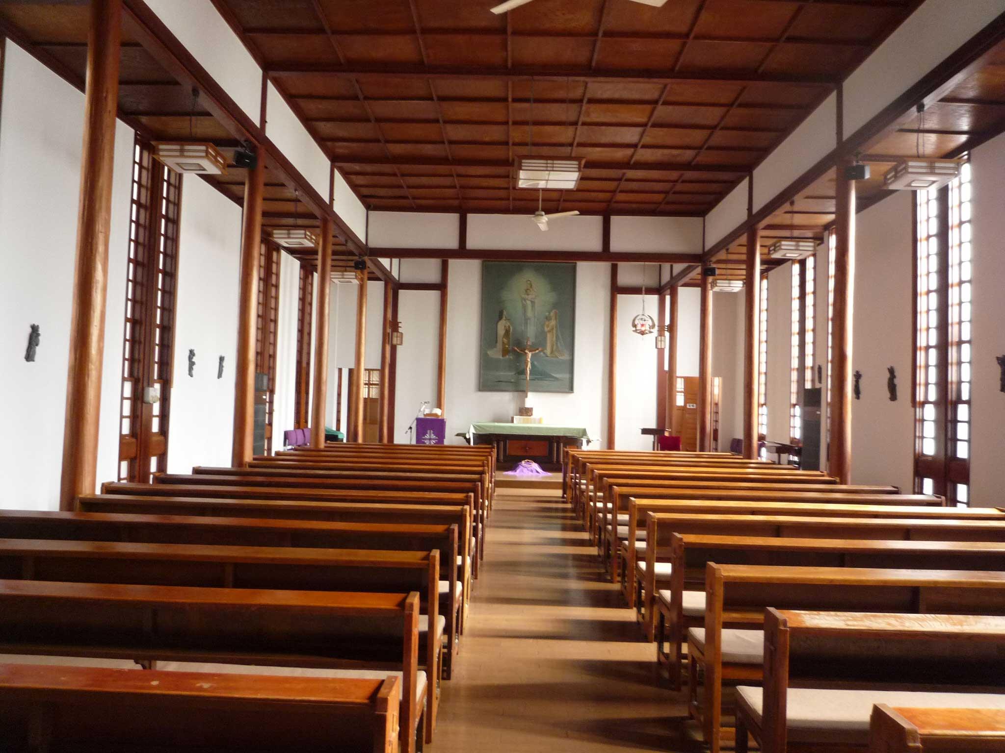 <p>教会聖堂内部</p>格子天花、側廊圓柱、側壁的真壁都可感受到和風