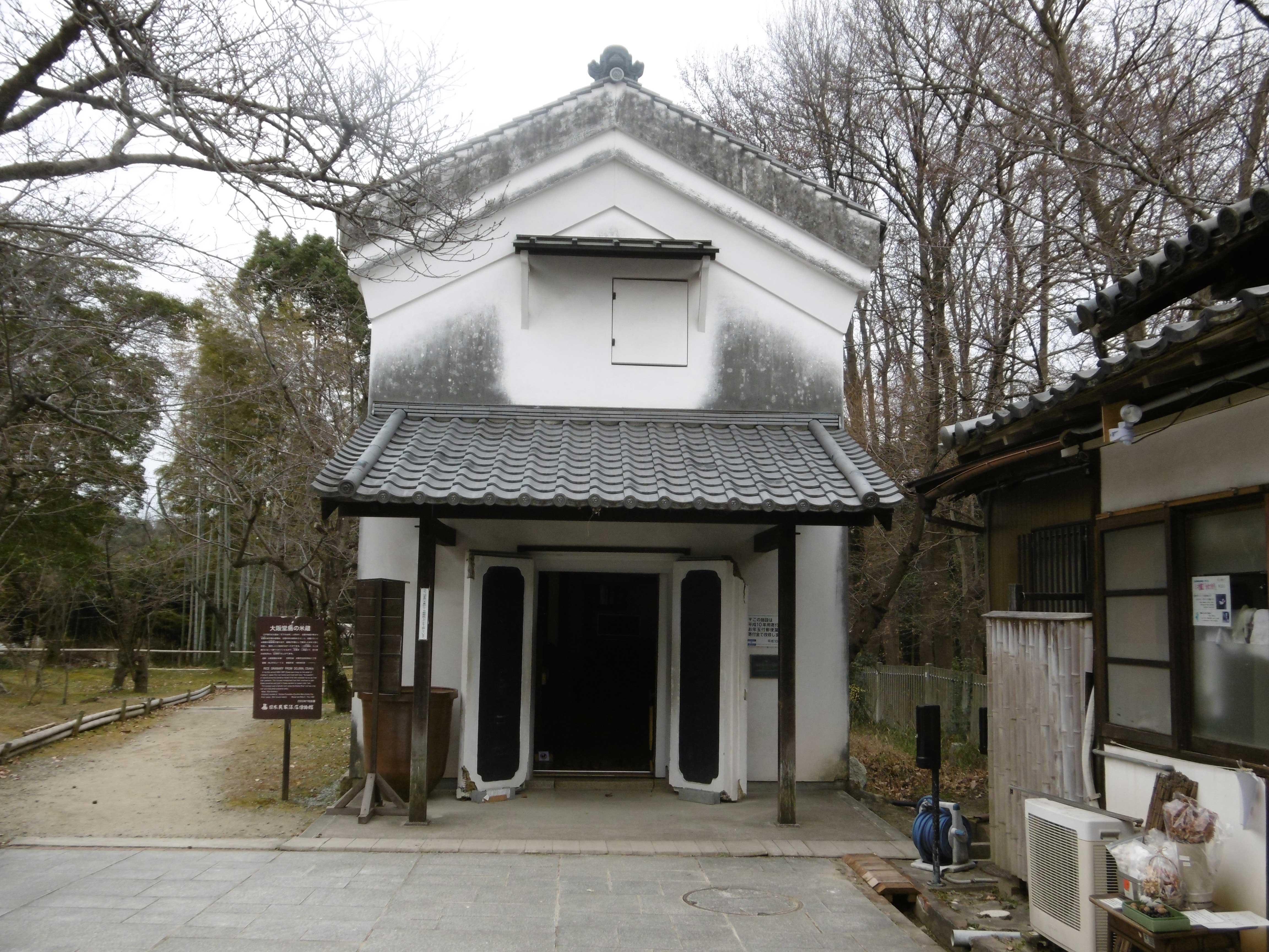 <p>正面外観</p>山花朝前的土蔵造,外壁及正面入口的観音扉是塗石灰的