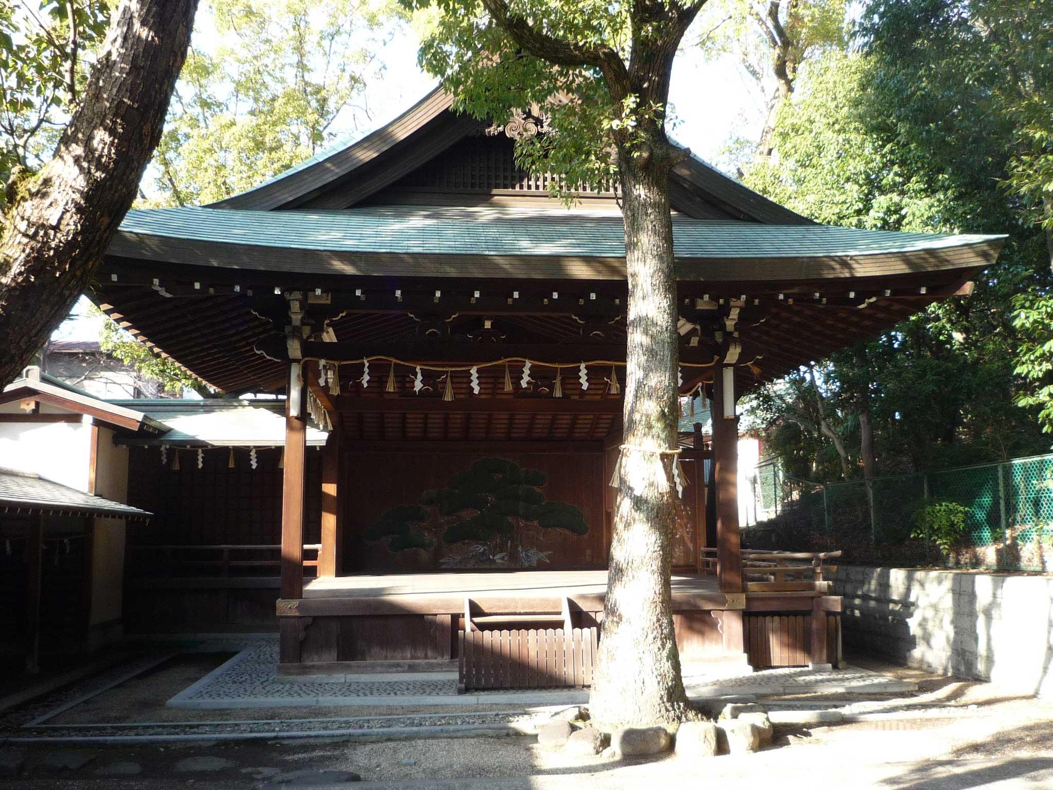 <p>外観(正面)</p>屋根は入母屋造り銅板葺、中央に白州梯子、舞台の左手に橋掛り、右手の地謡座の後方に高欄