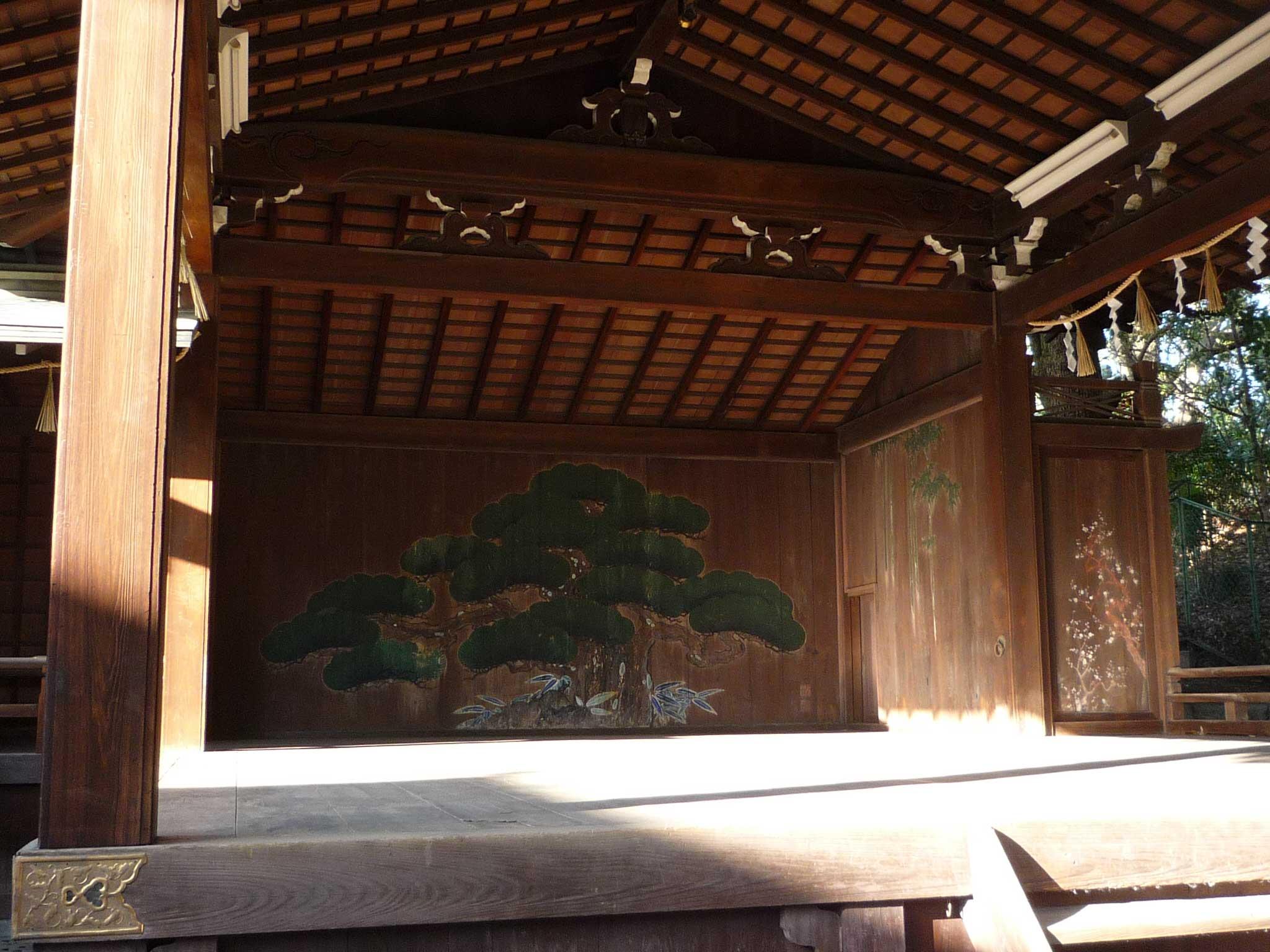 <p>能舞台</p>舞台の奥の鏡板には老松、右側の鏡板には若竹、さらに右手の貴人口の扉には梅の絵