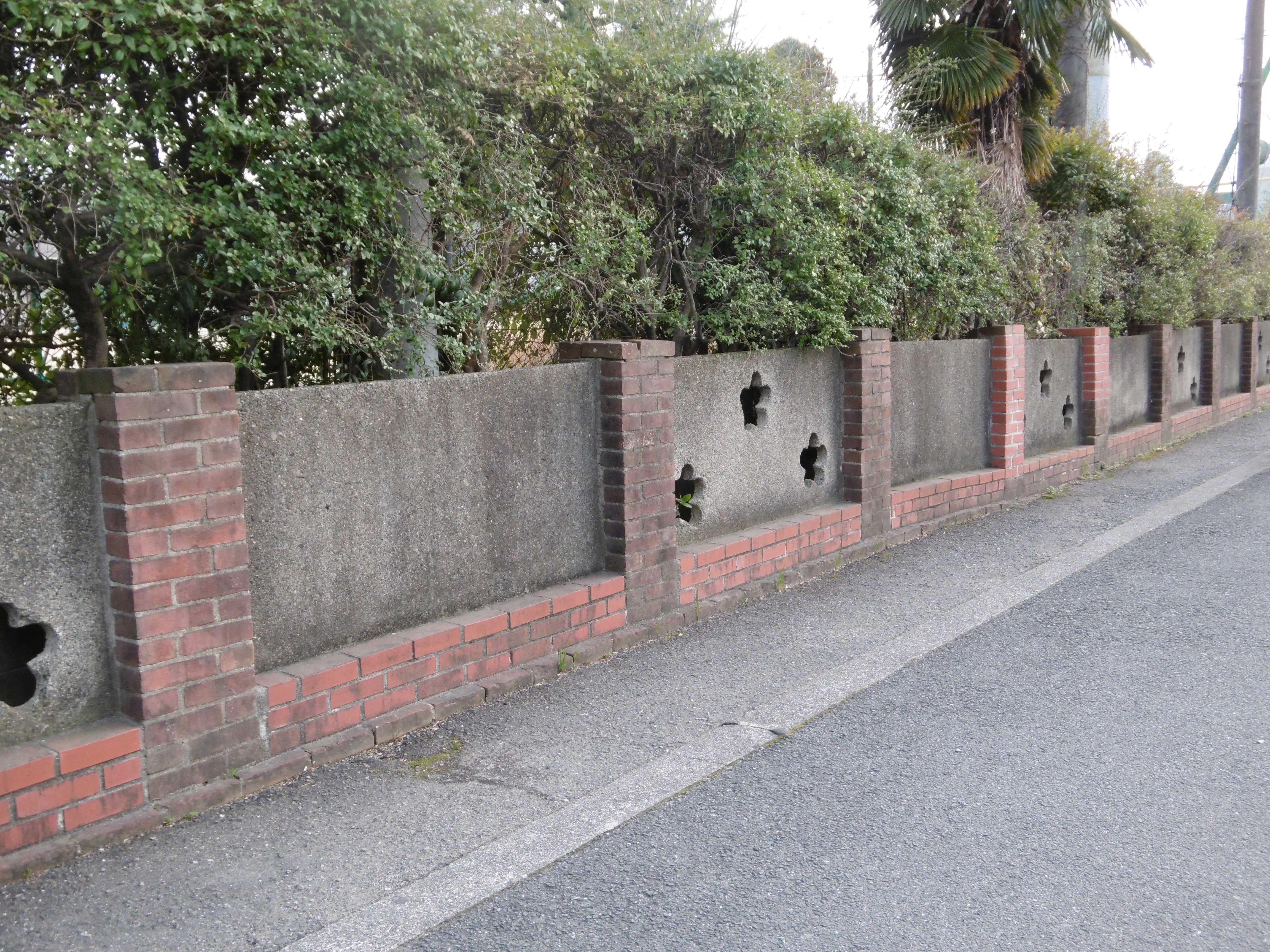 <p>北辺西側の塀</p>西側の塀は東側の塀よりは少し低い