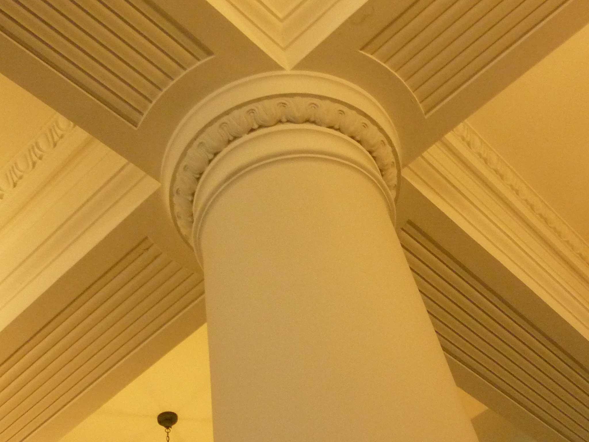 <p>元執務室の柱型及び梁底の装飾</p>