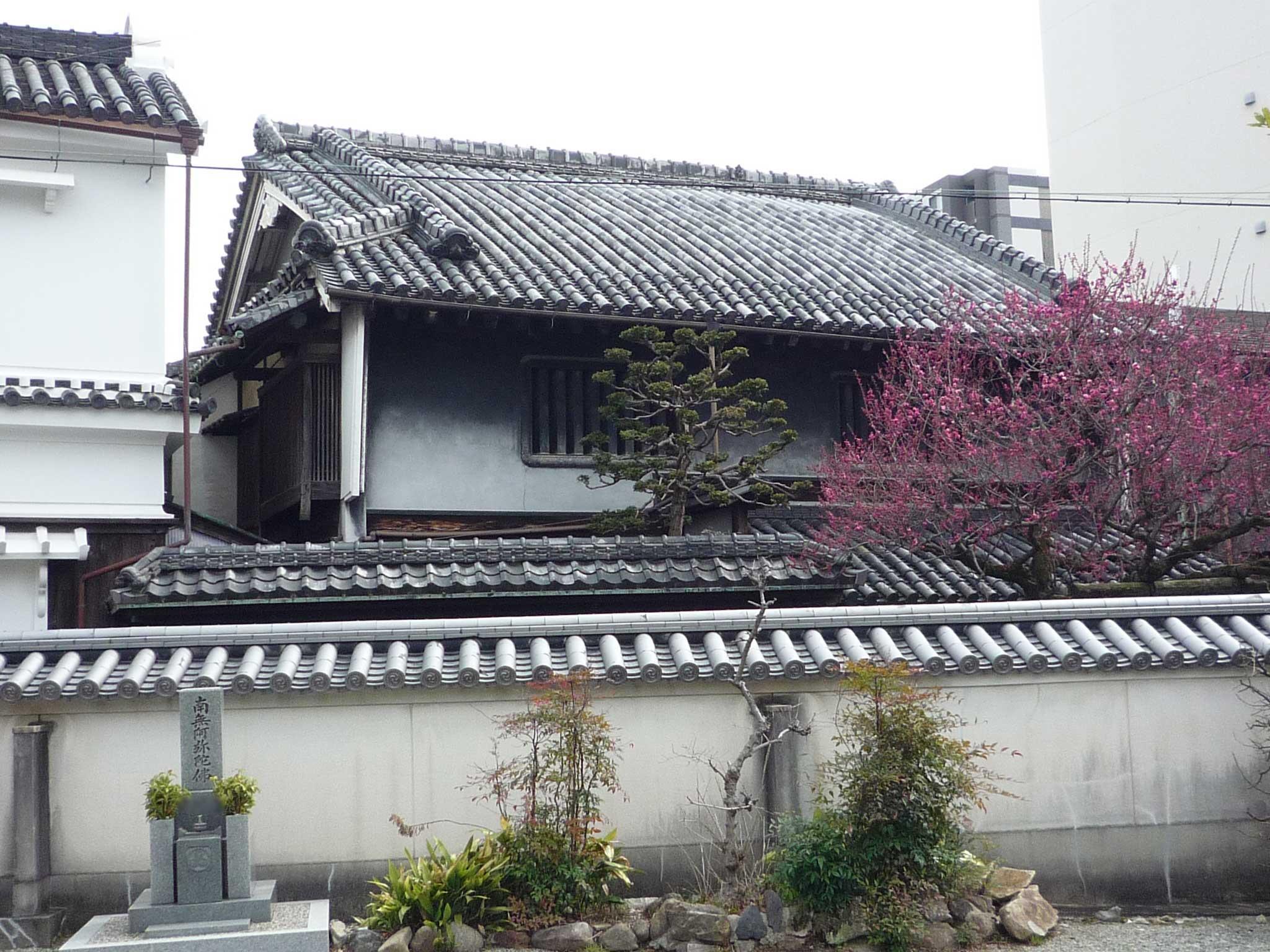 <p>主屋外観</p>西側の西光寺の境内から見る本瓦葺つし2階建、北面入母屋造(左側は蔵)