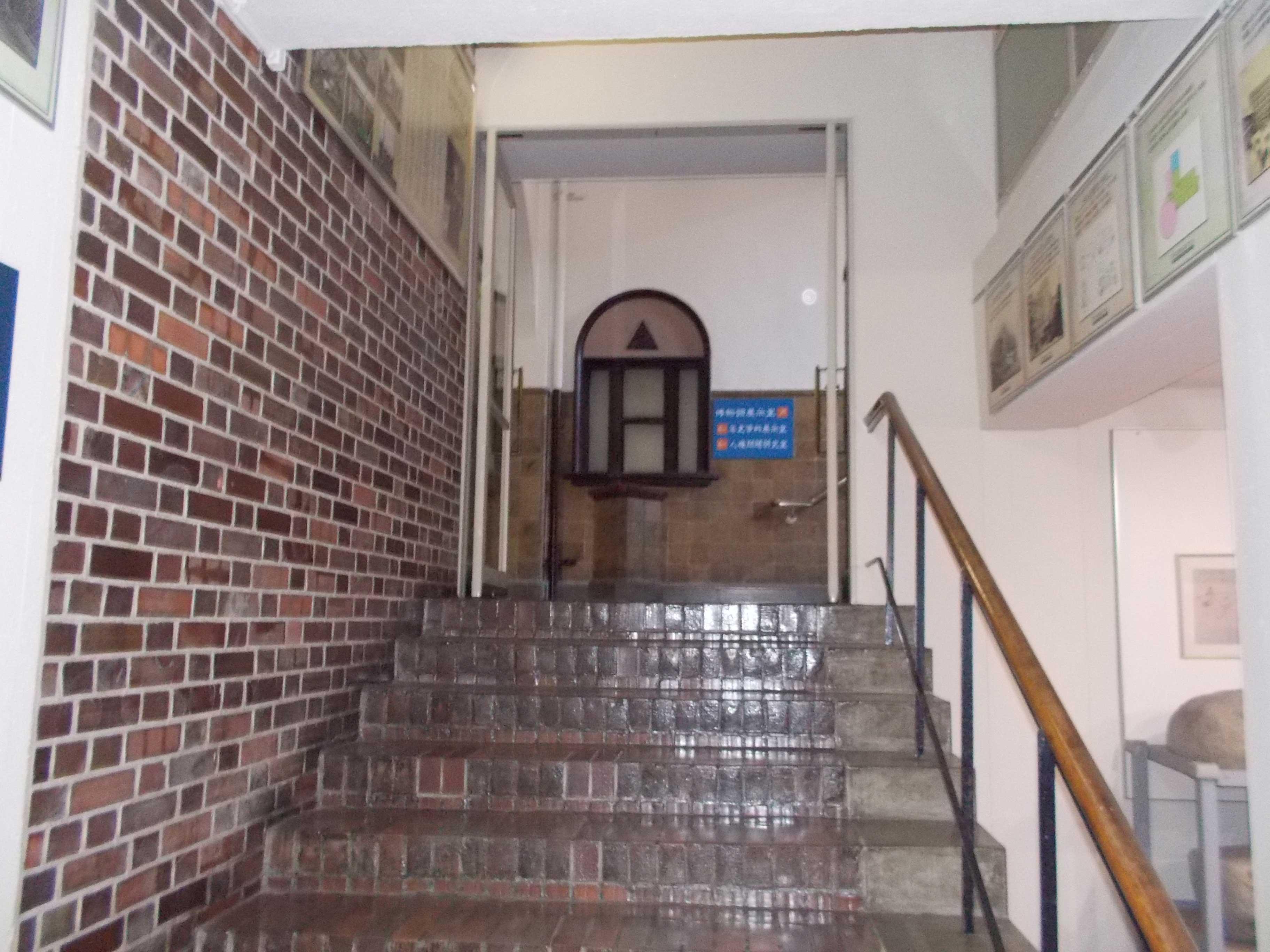 <p>階段の床と腰壁のタイル</p>