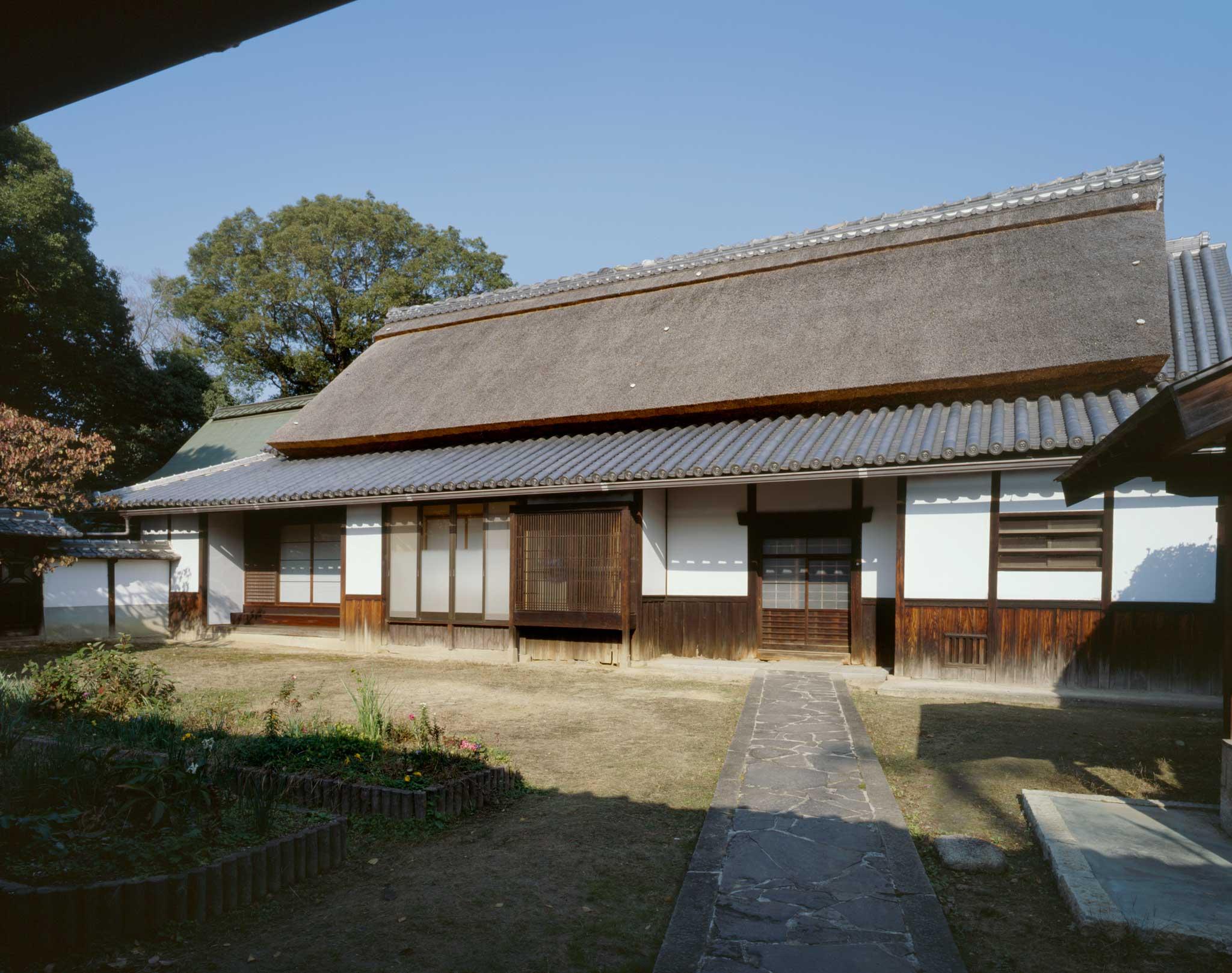 <p>松村家住宅 主屋</p>大規模な茅葺の民家で落棟と下屋を本瓦葺とする。河内の大和棟の庄屋屋敷の遺構として貴重。