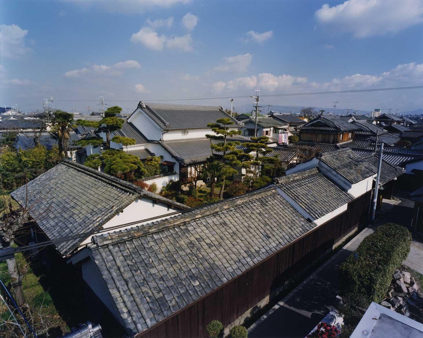 <p>畑田家住宅全景</p>畑田家は、庄屋や村長を勤め村の経営に携わってきた旧家である。白漆喰塗の外観は、旧家の風格を良く伝えている。