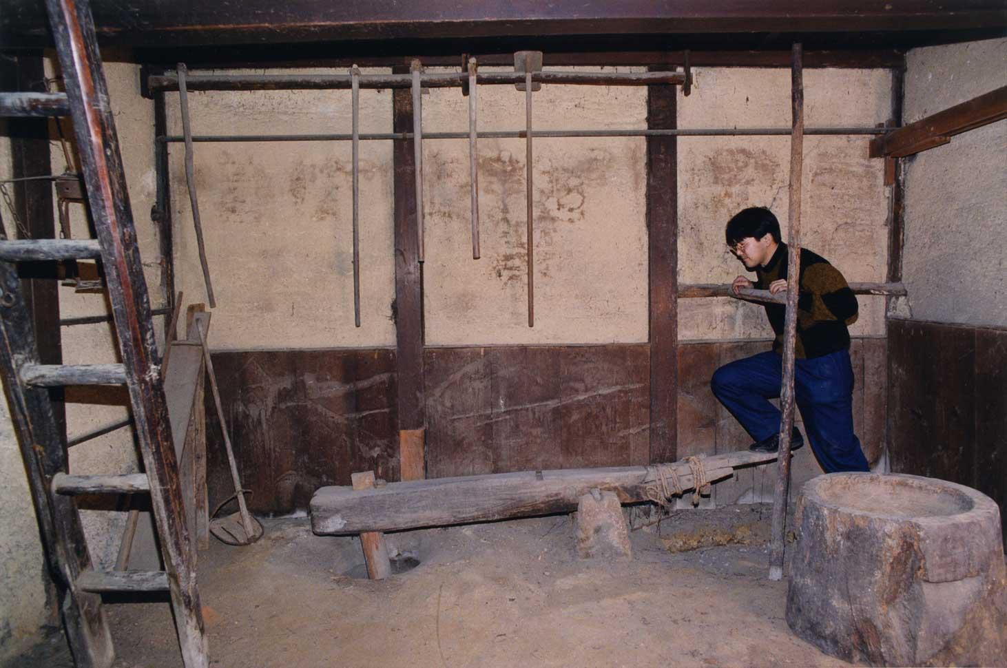 <p>畑田家住宅納屋</p>屋敷地の西側に建つ平屋建の納屋で、桟瓦葺の切妻屋根は両端部のみ3筋分押さえの丸瓦を葺く。外壁は軒下は真壁であるが、内法部分を塗込とし腰板を貼る。東面の開口部は、板戸4枚を1本溝引分として大きく開く。旧家の屋敷構を構成する遺構の一つである。