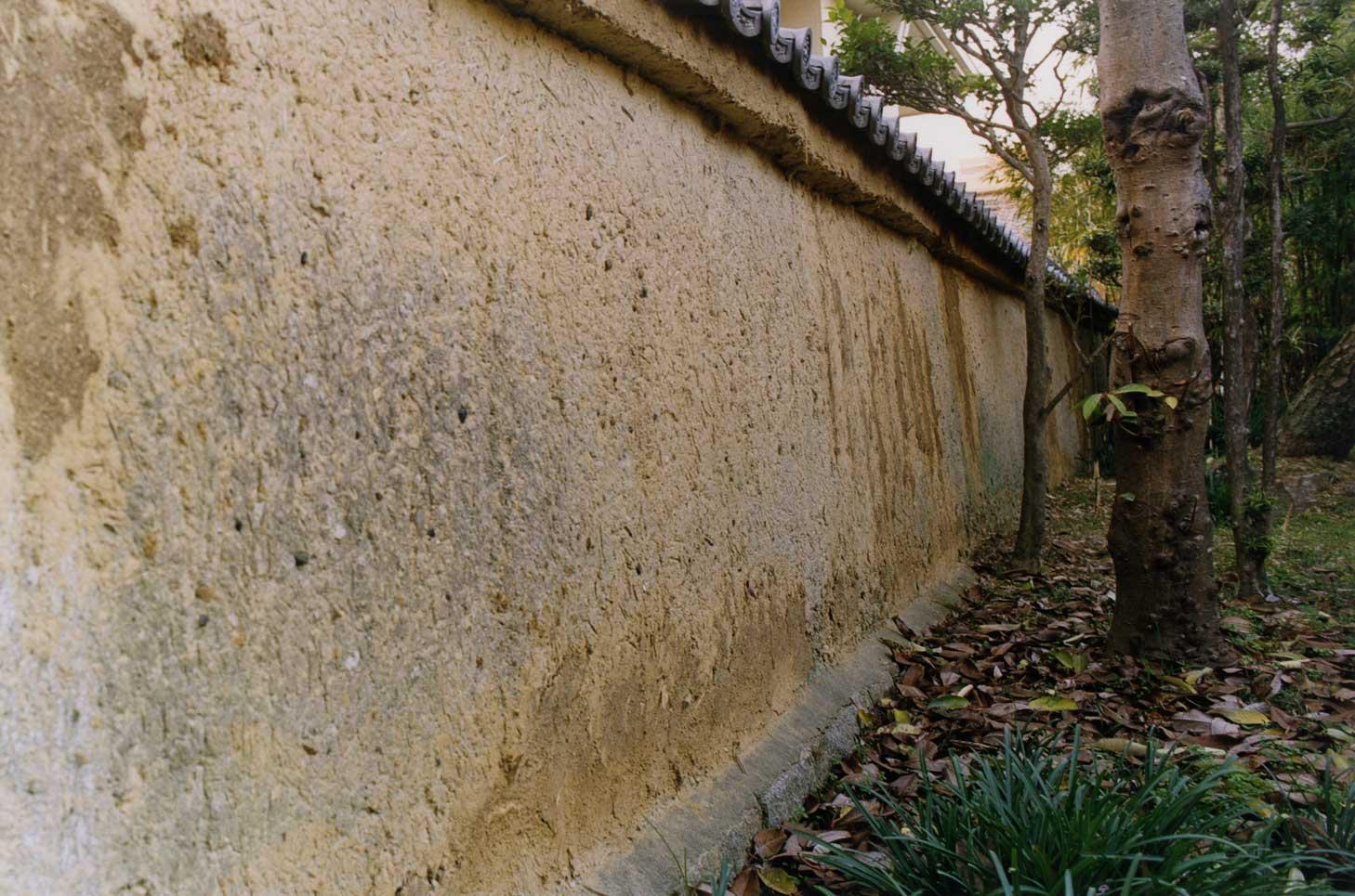 <p>畑田家住宅西築地塀</p>屋敷地の西側を仕切る土塀で、南築地塀の西端付近から北に29m延びる。石敷基礎上に築き、頂部に桟瓦葺屋根をのせる。中塗仕上げの土塀で、独特の風情をつくる。屋敷地の構成要素であると共に、往時の地割を伝える。