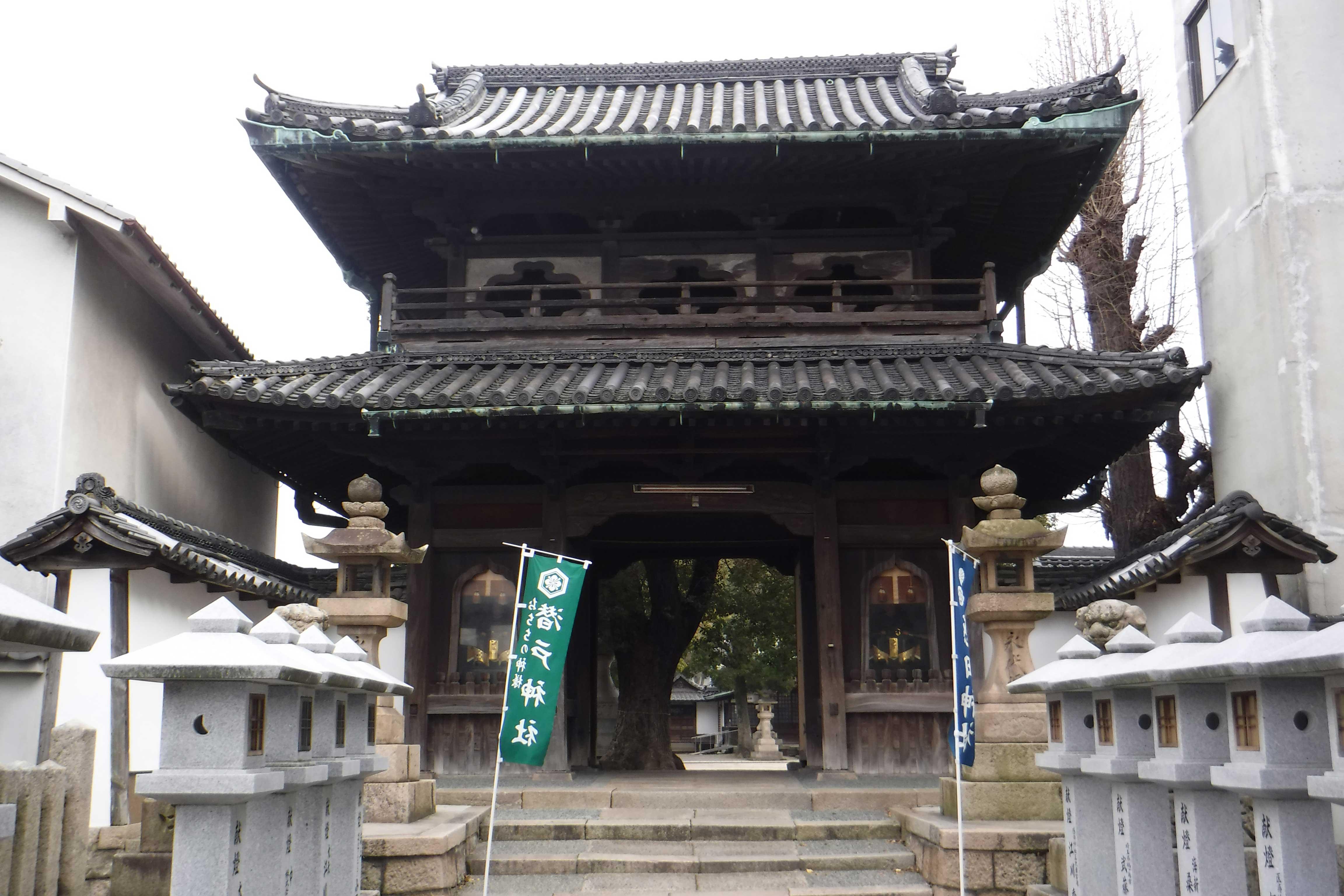 <p>神門正面及土墻</p>安永9年(1780)建築的三間一戸二重門,歇山本瓦頂。