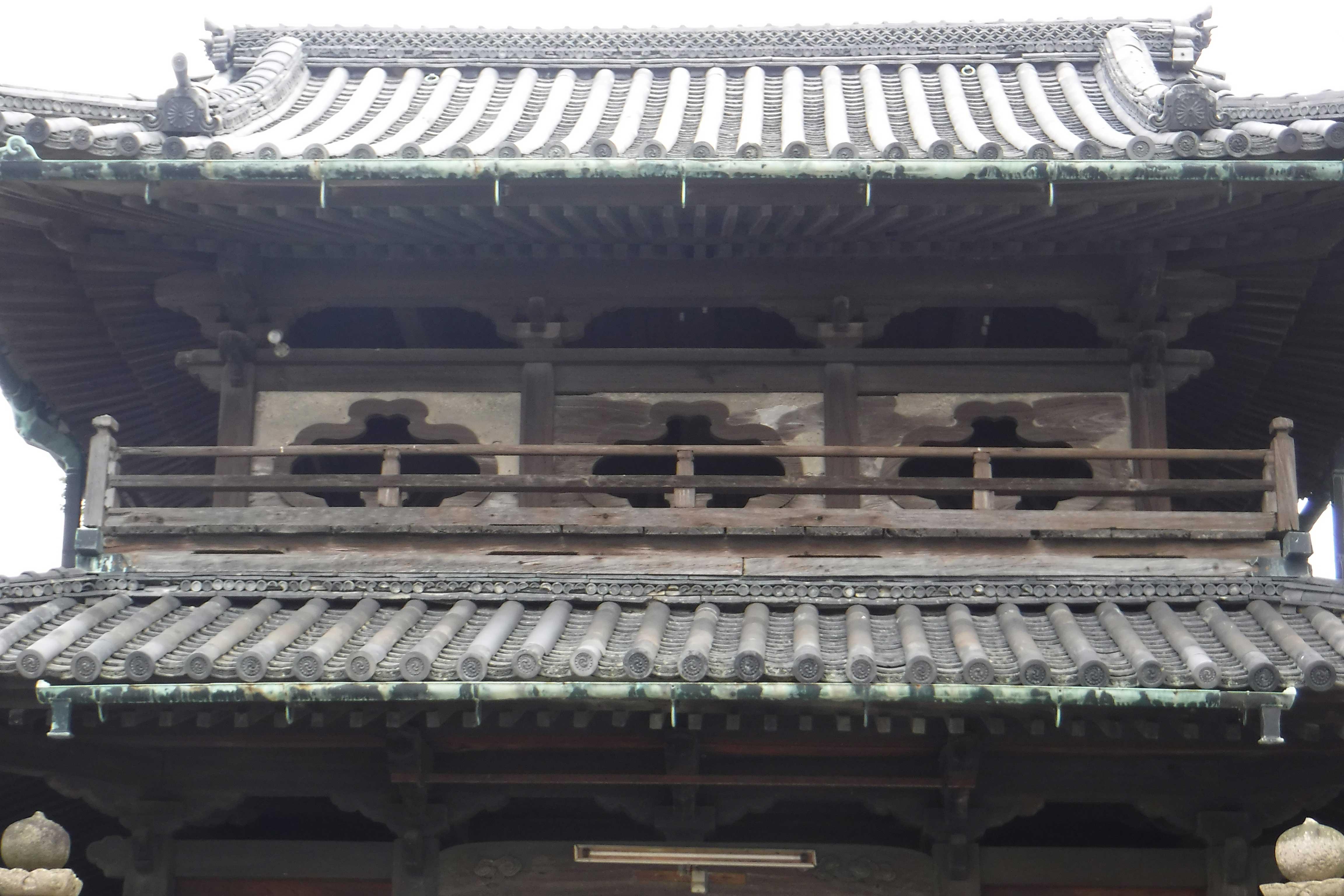 <p>神門 上層</p>初重両脇間設金剛柵和花頭窓,上重開格狭間式的窓。