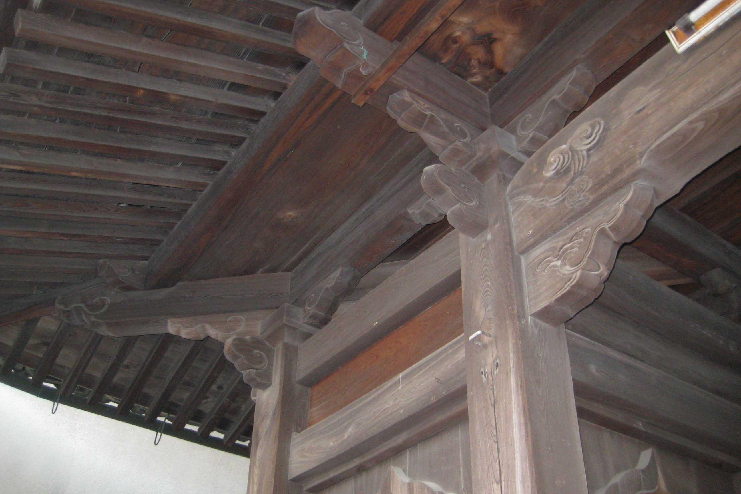 <p>神門 斗栱</p>初重為大斗肘木,出桁造(桁架出跳),単檐密椽。上重為平三斗(一斗三升)双檐扇形椽。