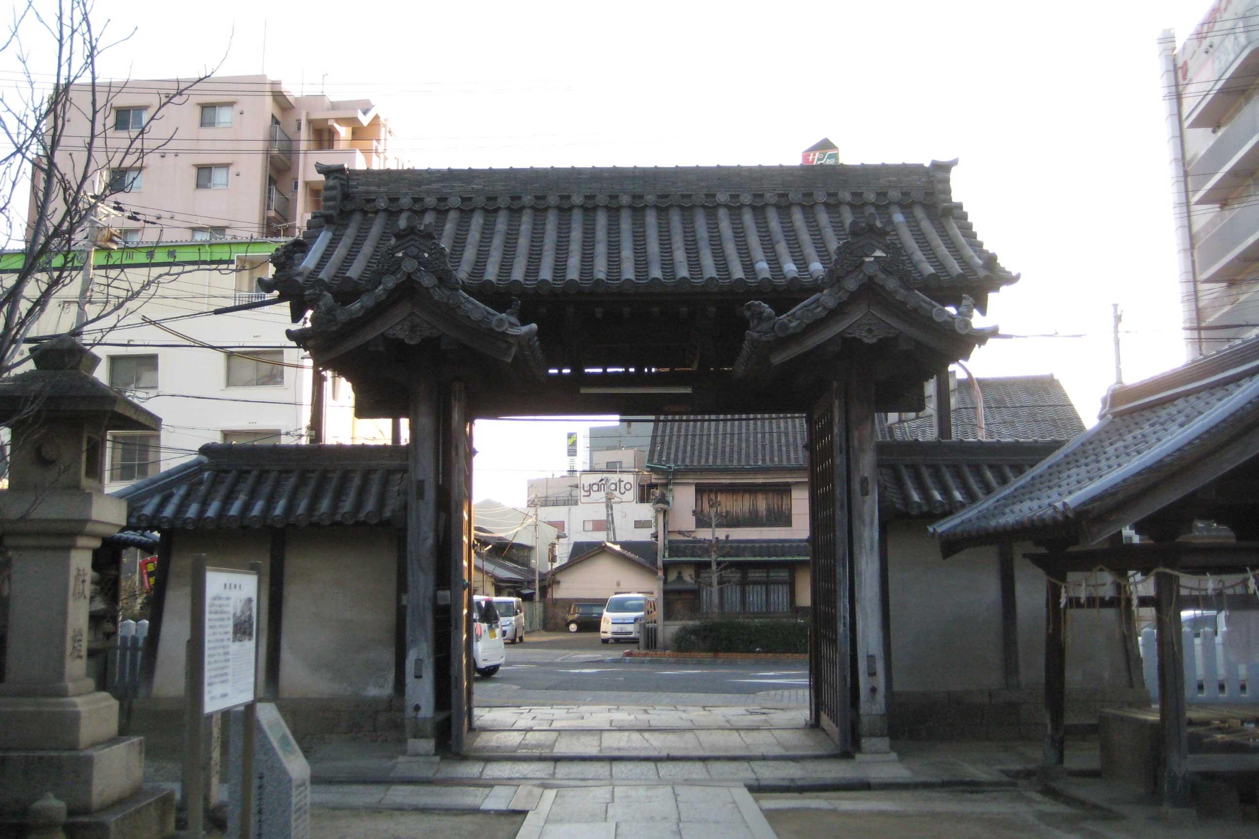 <p>南門 背面(境内側)</p>在平整的加工石礎上立五平柱(扁平状柱子剖面),以門楣相固。以肘木和斗所支承的梁,使檐桁出跳深遠。檐為単檐疎椽。